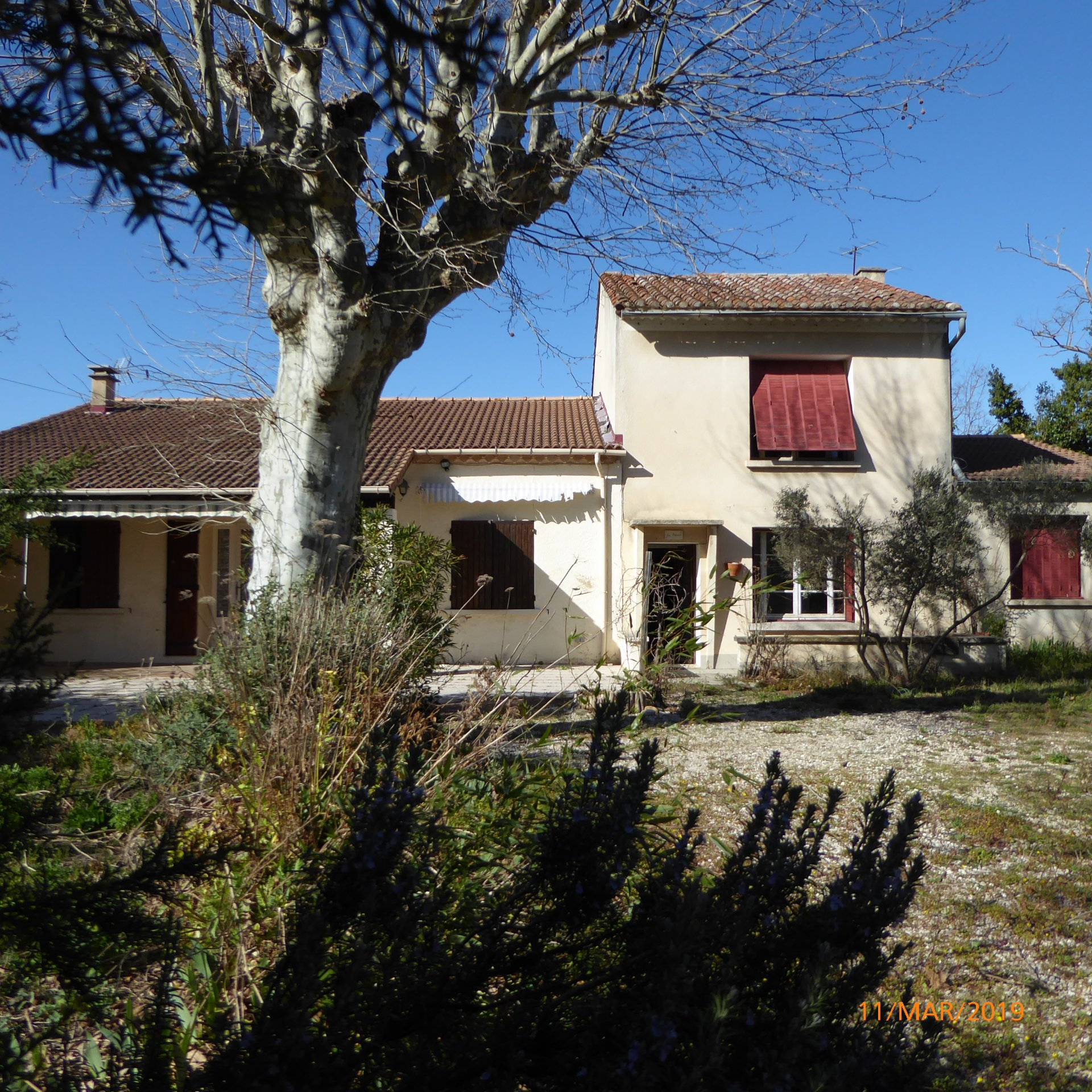 Mollégès near Eygalières overlooking the Alpilles, house with a living area and side to renovate
