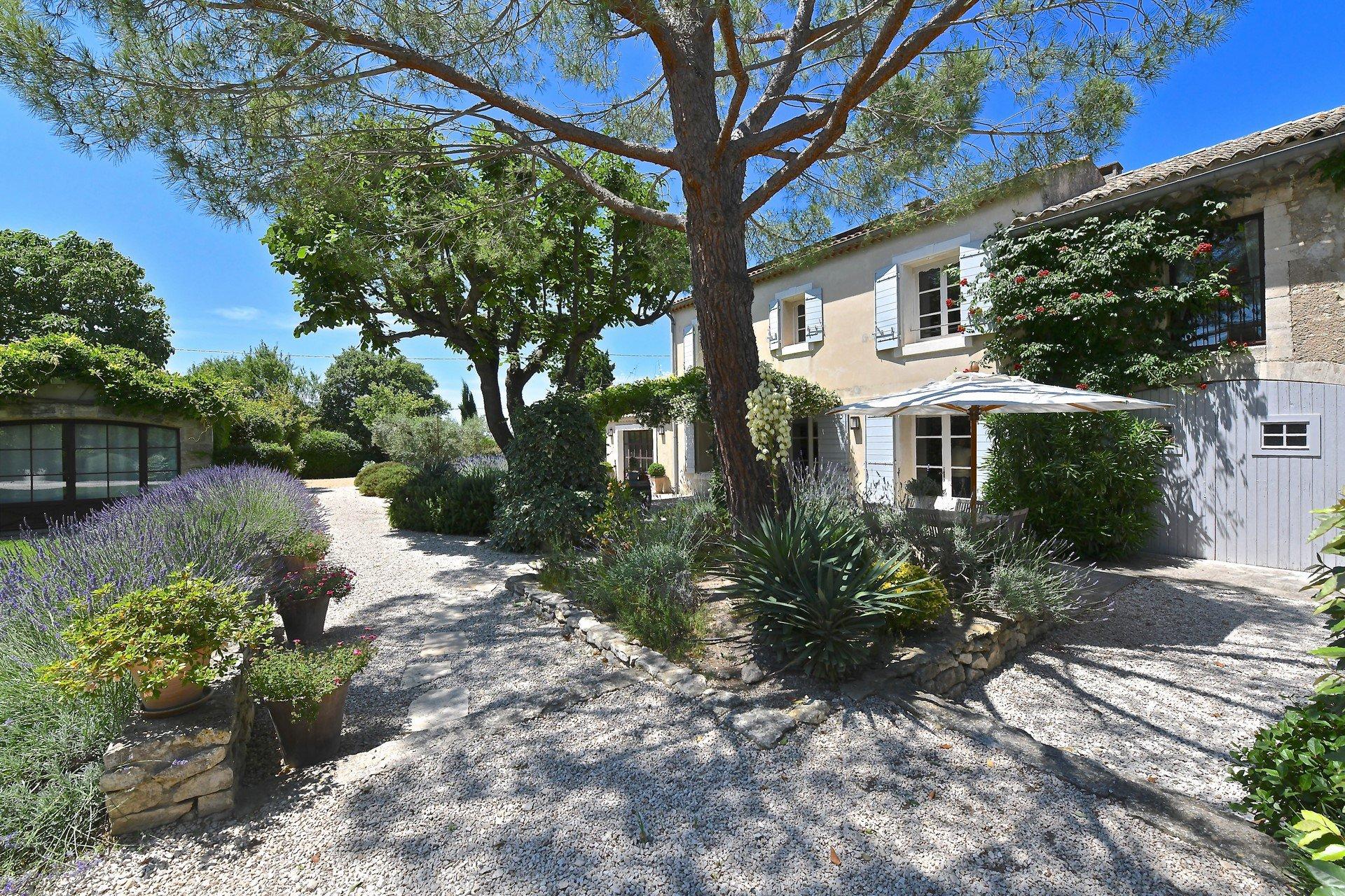 semi-detached property less than 1 km from the centre of Saint-Rémy-de-Provence