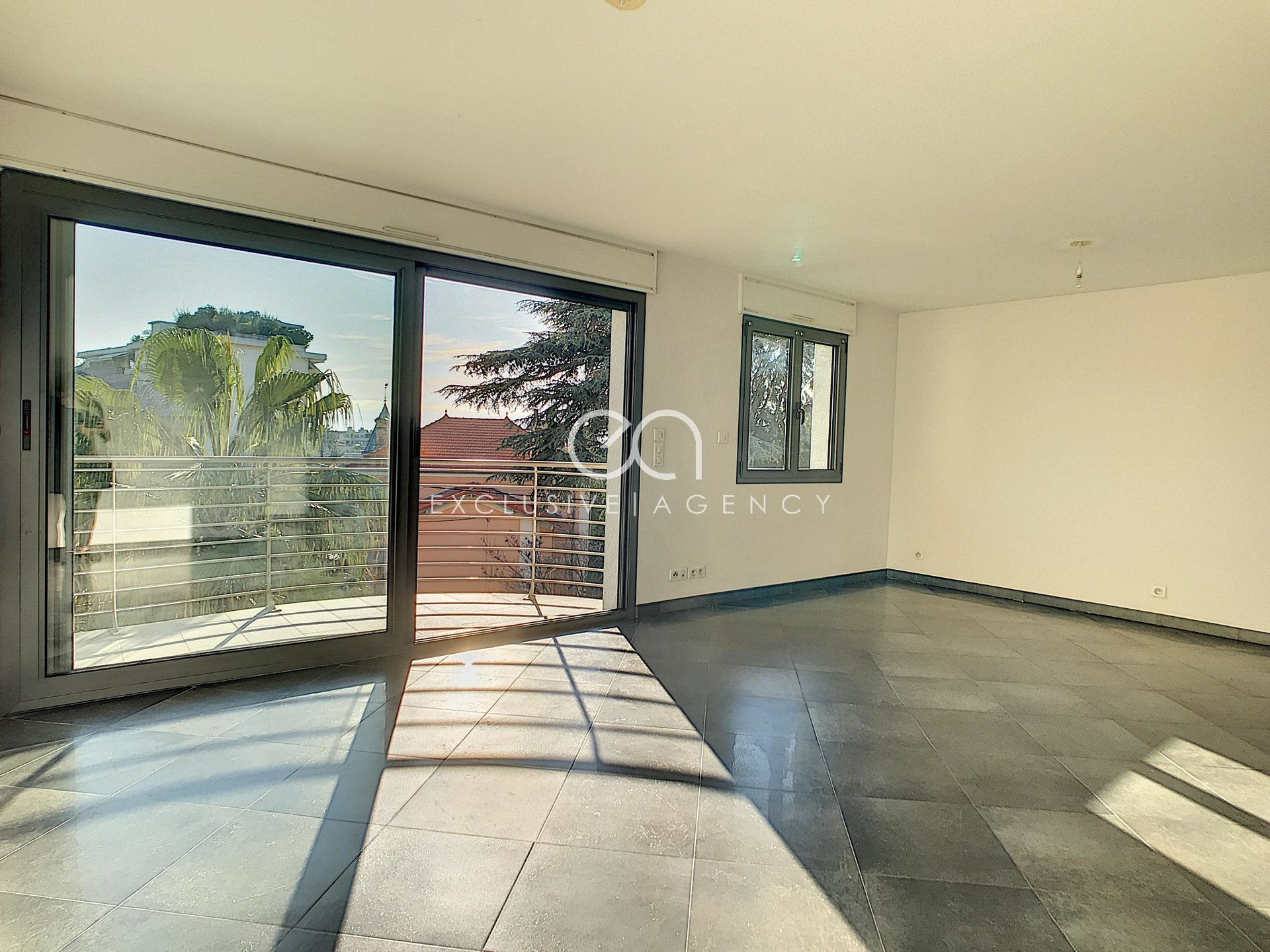 Long term rental Cannes unfurnished 2-bedroom apartment 66sqm with 2 terraces and a garage.