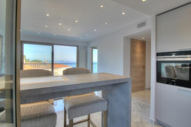 Natural light, stainless steel, kitchen bar