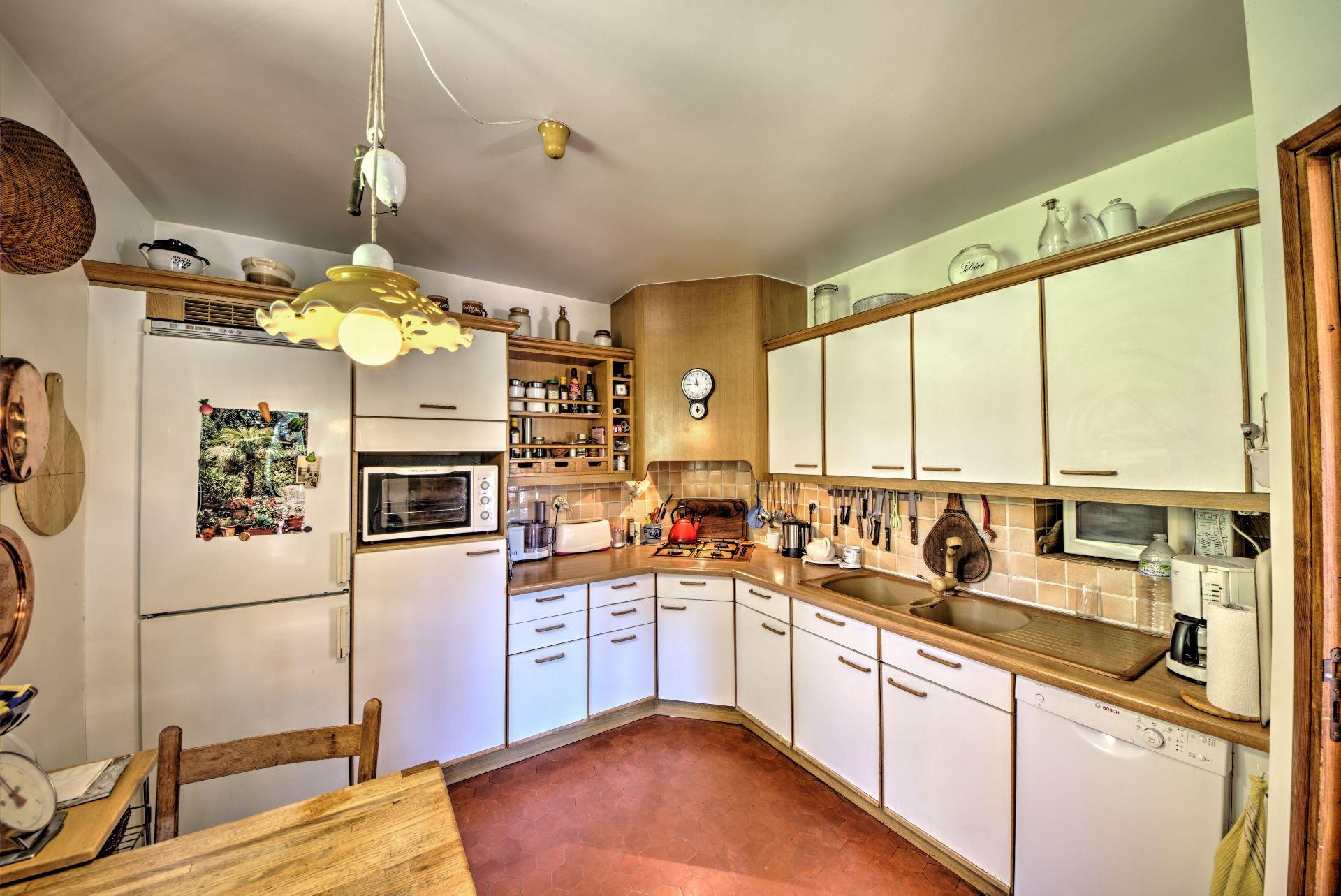 cuisine indépendante avec accès à une terrasse couverte et vue sur la campagne