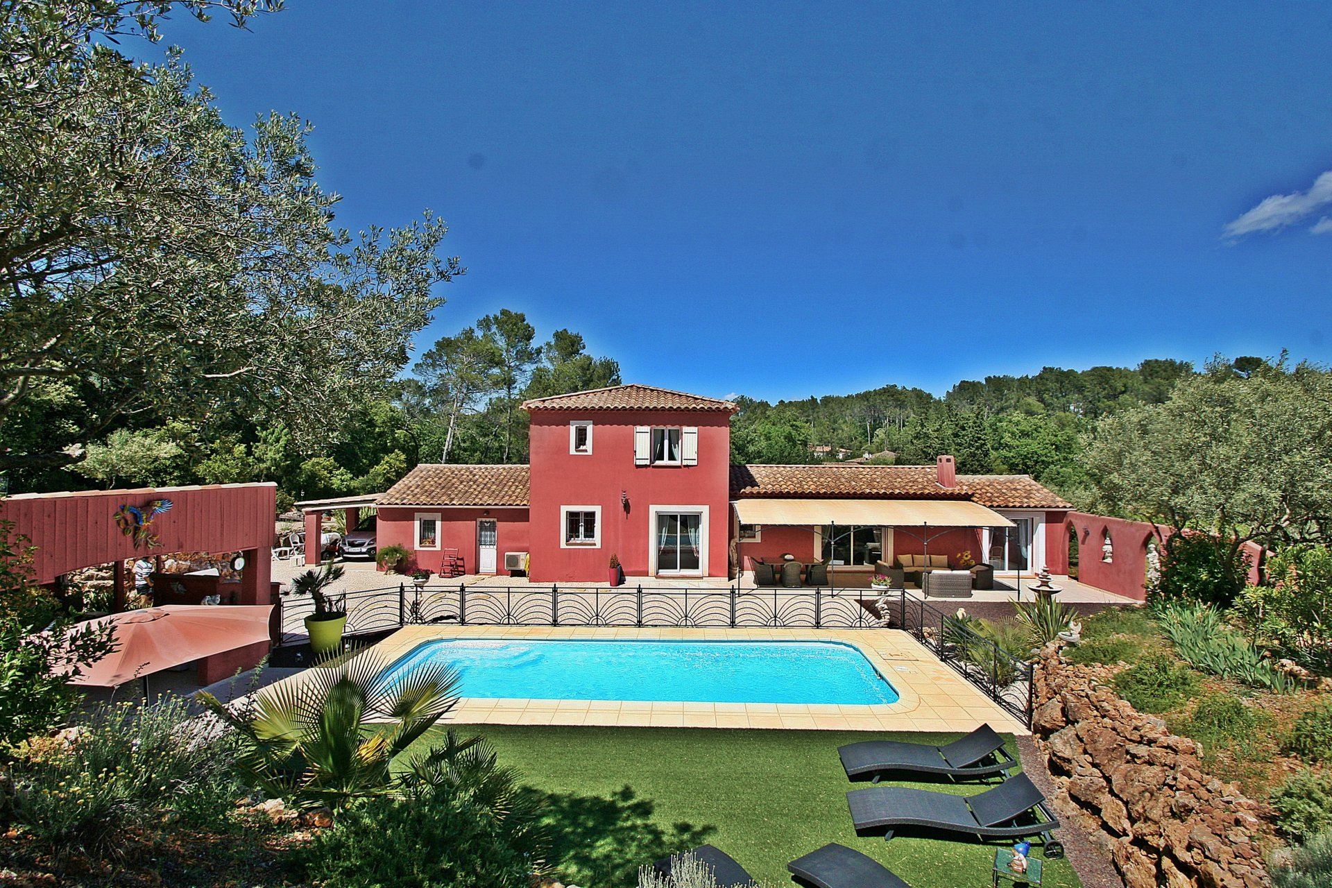 Beautiful villa with swimming pool on 4337m² of land