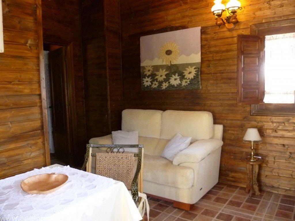Chalet en bois unique intelligemment conçu pour donner l'apparence d'une ferme traditionnelle