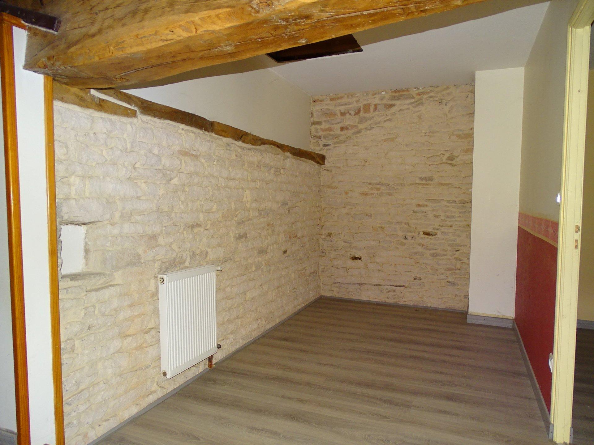 SOUS COMPROMIS DE VENTE. LUGNY : Vous recherchez une maison avec un certain charme, des volumes et des dépendances !  Cette maison est faite pour vous. D'une surface habitable de 140 m² elle offre une agréable pièce de vie avec un mur en pierre, un bureau et un salon. A l'étage vous découvrirez 3 chambres, un dégagement et une salle de bains avec baignoire plus une douche en attente. Dépendances sur deux niveaux de 43 m² plus un sous sol complet. Le tout sur un terrain approchant les 800 m² mais possibilité d'acquérir en plus la parcelle voisine.  Honoraires à la charge du vendeur.