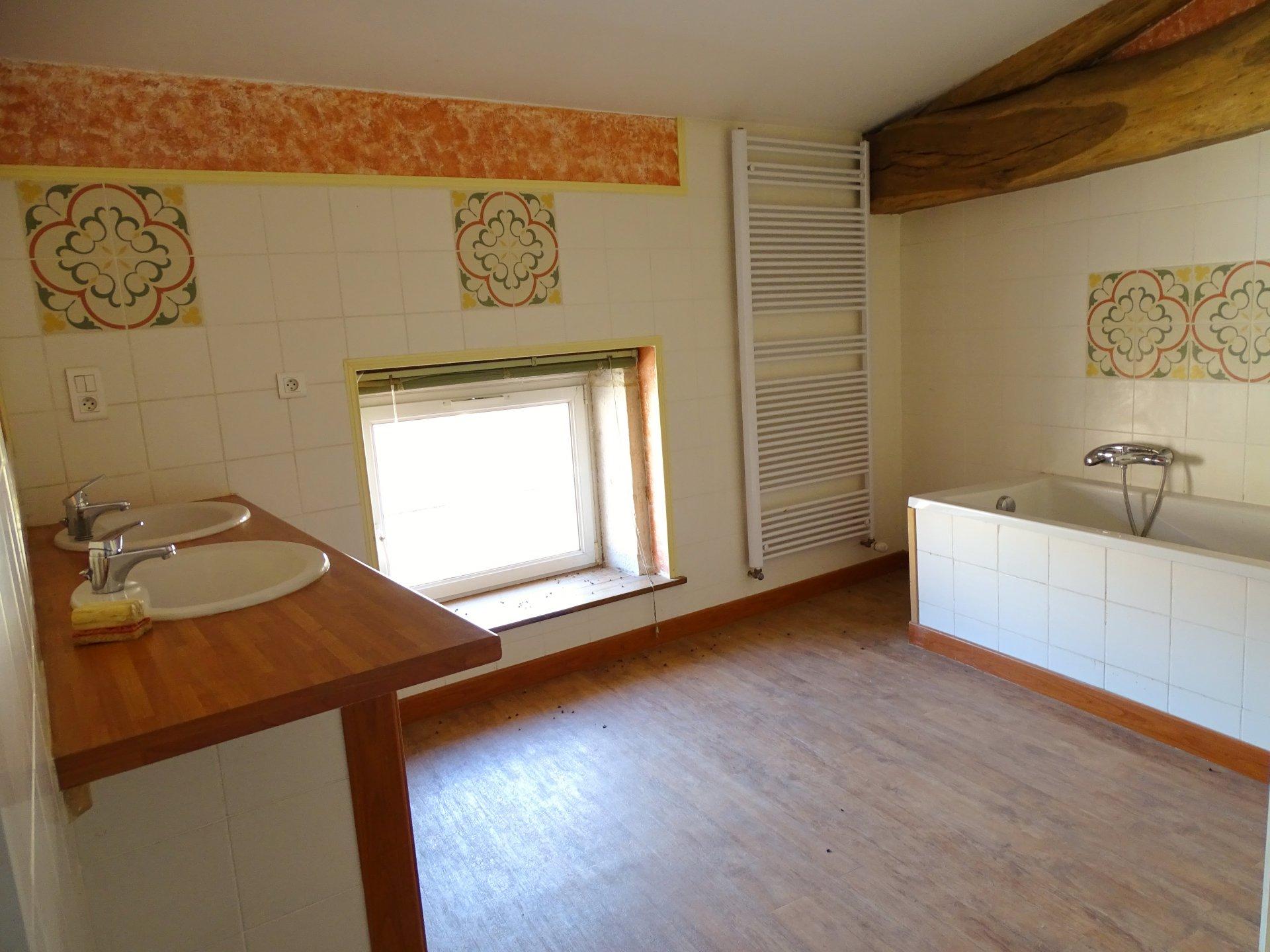 SECTEUR LUGNY : Vous recherchez une maison en pierre avec un certain charme, sans trop de travaux, avec des volumes et des dépendances? Cette maison est faite pour vous. D'une surface habitable de 140 m² elle offre une agréable pièce de vie avec un mur en pierre, un bureau et un salon. A l'étage vous découvrirez 3 chambres, un dégagement et une salle de bains avec baignoire plus une douche en attente. Dépendances sur deux niveaux de 43 m² plus sous sol complet. Le tout sur un terrain approchant les 800 m², cette maison se situe au calme et attend ses futurs propriétaires. Honoraires à la charge des vendeurs.