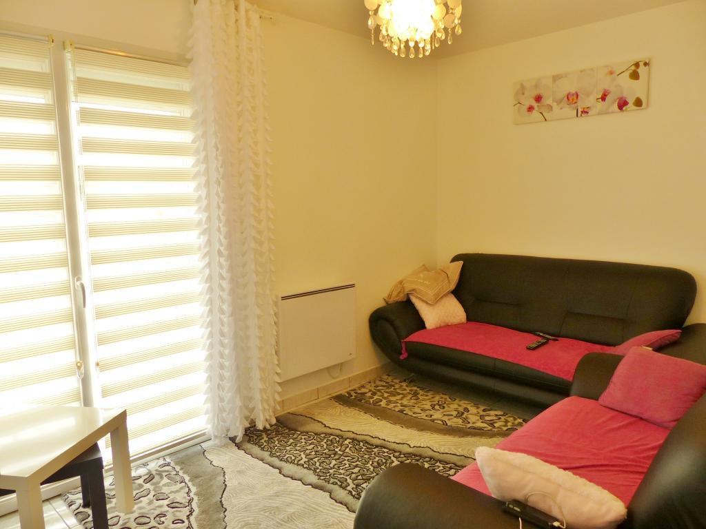 Visite à 360° sur notre site. Charnay les Macon : Très agréable et fonctionnelle cette maison de 135 m² offre de plain pied un séjour très lumineux donnant, tout comme la cuisine, sur une belle terrasse entièrement carrelée. Vous trouverez aussi un salon pouvant servir de chambre et une salle de douche. L'étage dessert 3 chambres (dont une avec petite terrasse) et une salle de bains. Garage de 27 m² avec ouverture motorisée. Maison située sur un terrain de 1092 m². Centre de Charnay à 5 min et TGV à 2 min. Honoraires à la charge des vendeurs.