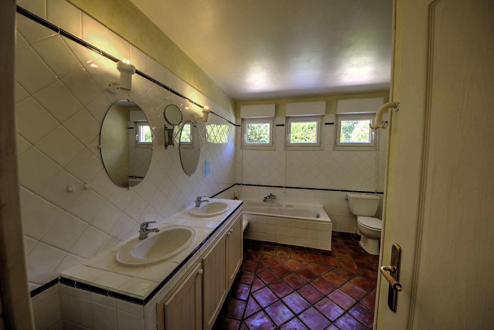 Salle de bains de Maison à ossature bois HPE, 180 m², 5 ch, piscine, Aups, Var, Provence, Paca