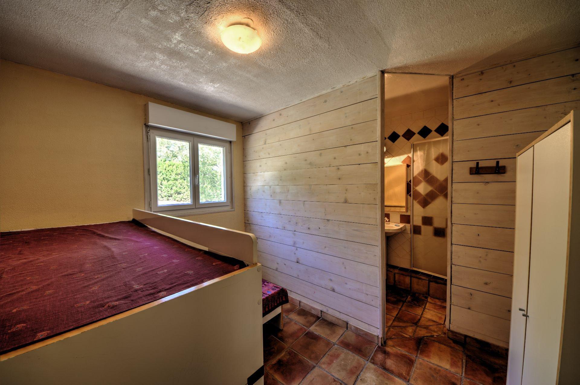 Chambre 3 rdc avec salle de douche de Maison à ossature bois HPE, 180 m², 5 ch, piscine, Aups, Var, Provence, Paca