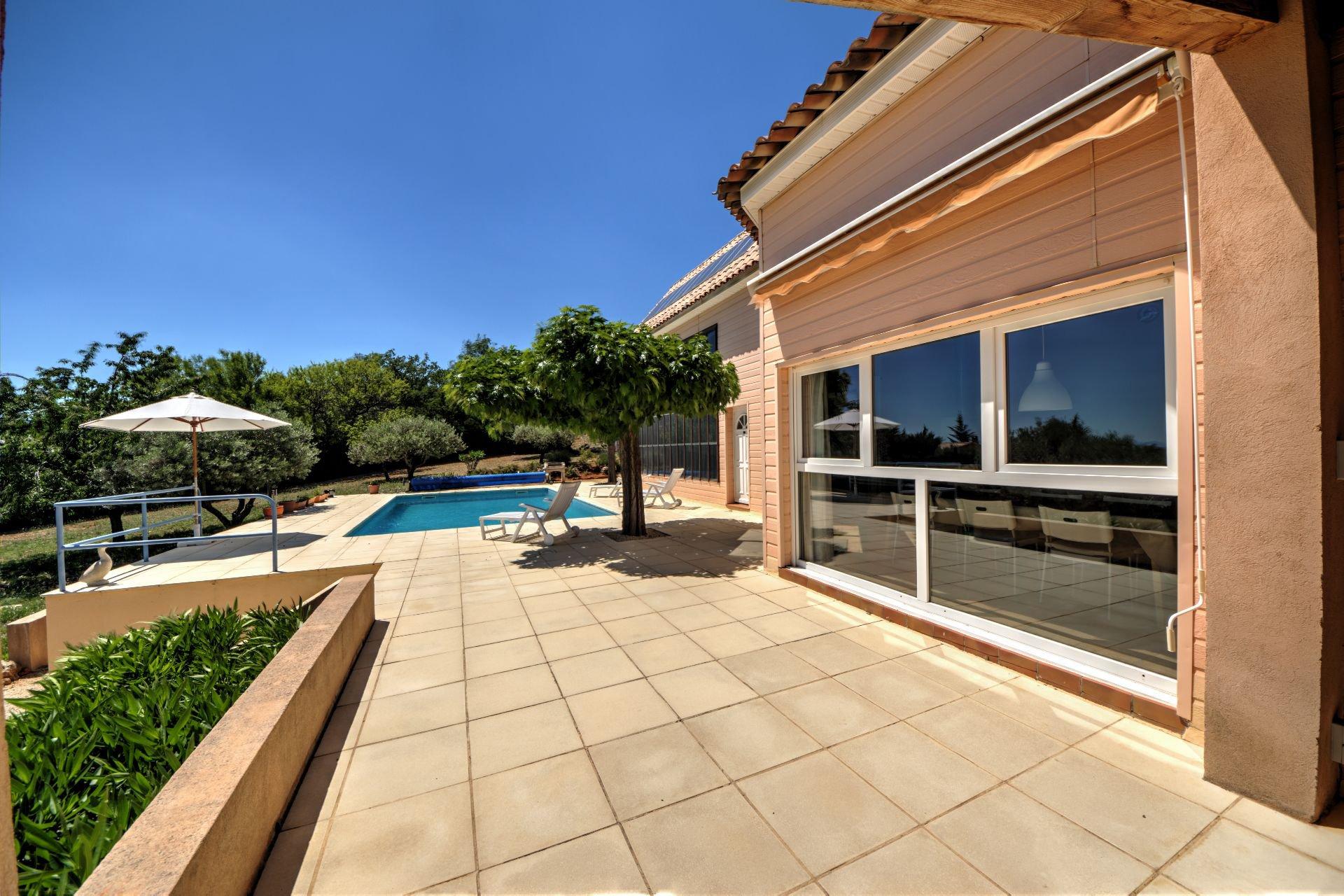 Terrasse de Maison à ossature bois HPE, 180 m², 5 ch, piscine, Aups, Var, Provence, Paca