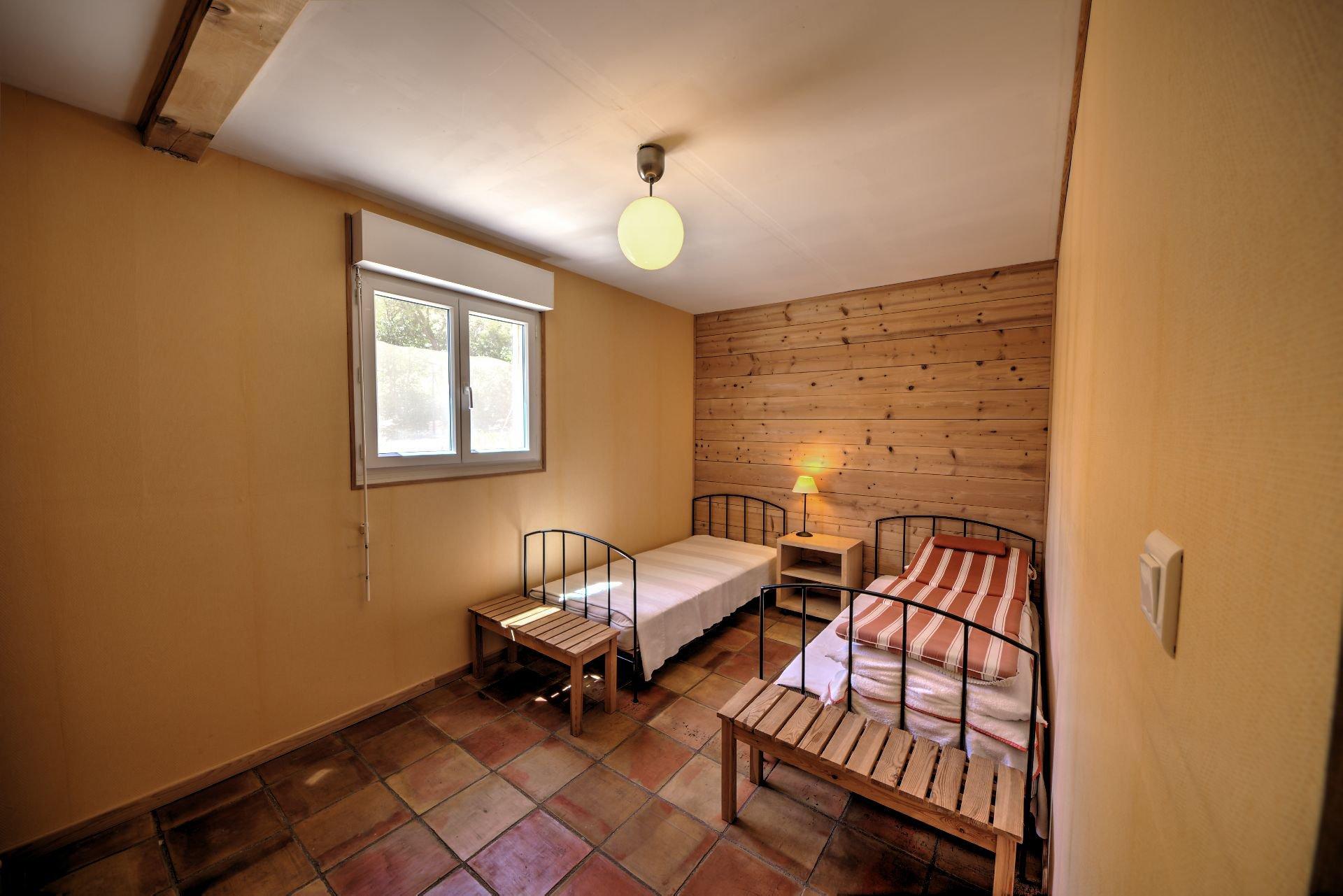 Chambre 2 rdc de Maison à ossature bois HPE, 180 m², 5 ch, piscine, Aups, Var, Provence, Paca
