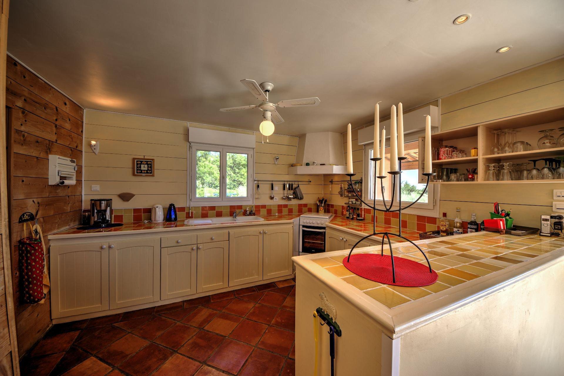 Cuisine Salon de Maison à ossature bois HPE, 180 m², 5 ch, piscine, Aups, Var, Provence, Paca