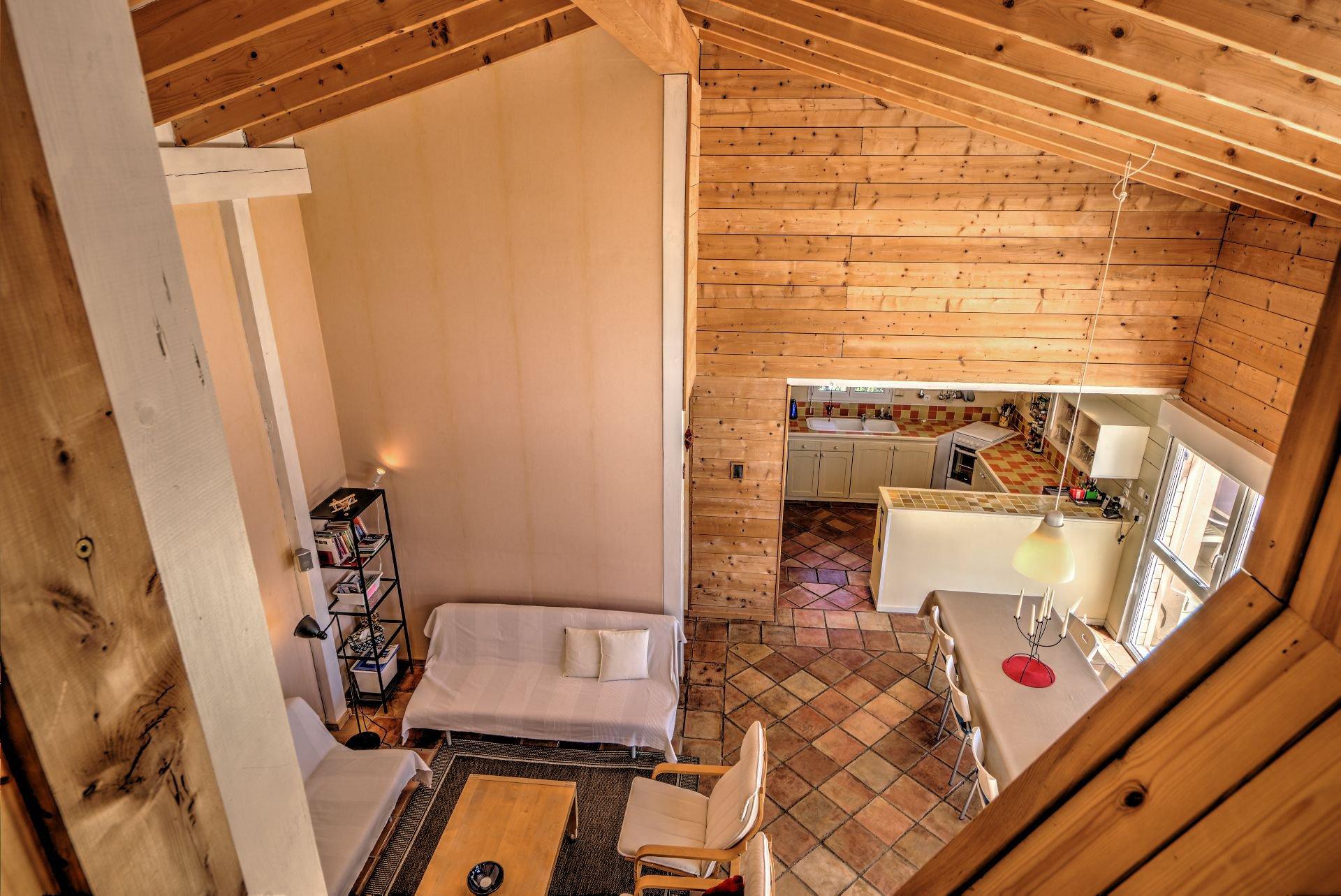 Vue sur séjour du bureau 1er étage de Maison à ossature bois HPE, 180 m², 5 ch, piscine, Aups, Var, Provence, Paca