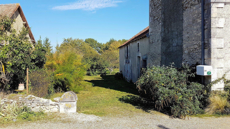 Proche Saint Savin: maison de village avec grange et jardin