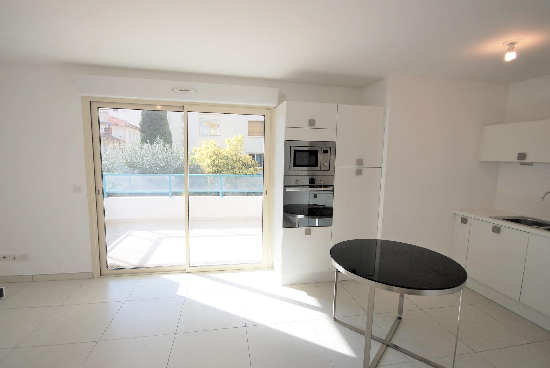 Cannes, Basse-Californie, 2 bedrooms apartment, terrace, parking.