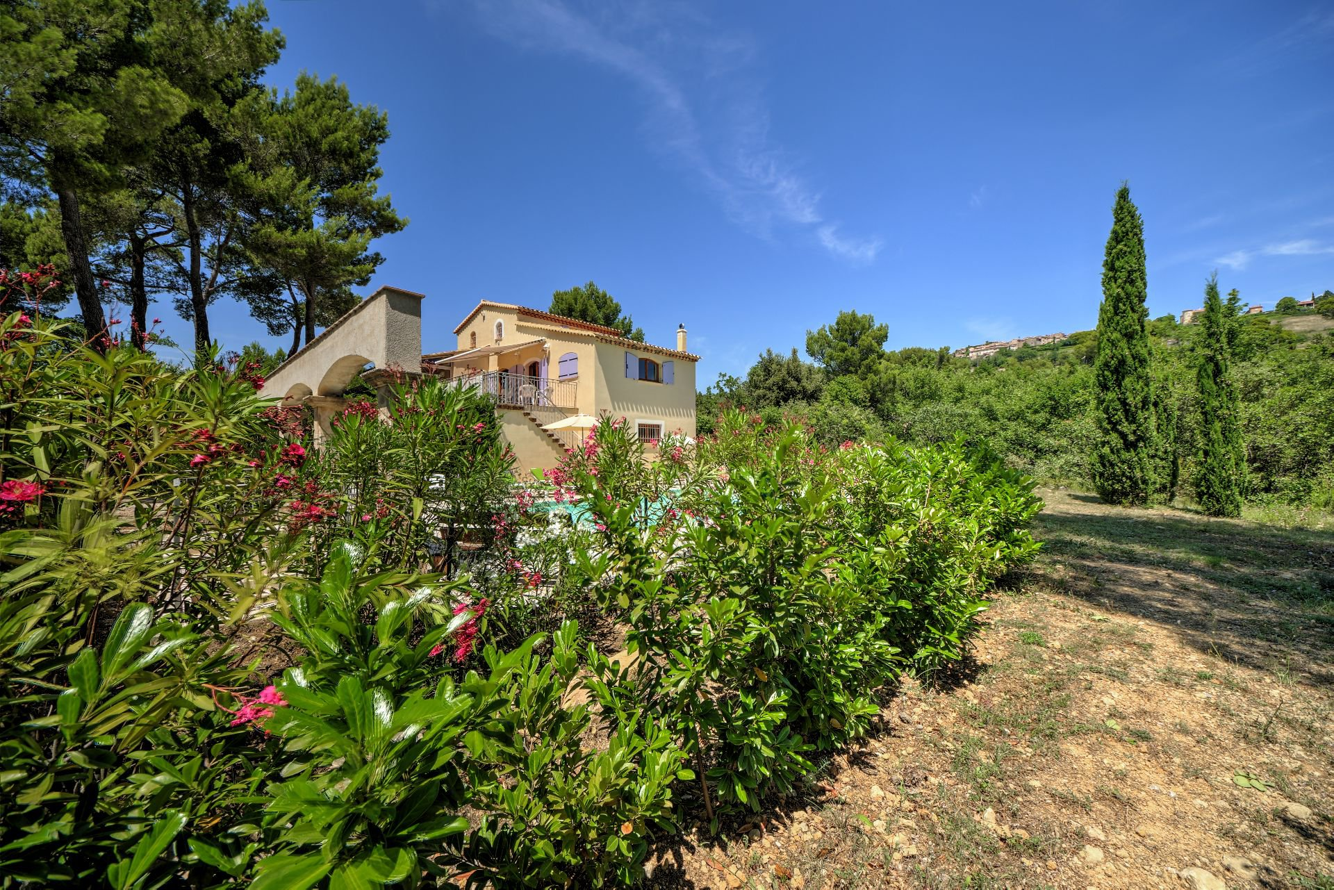 From the end of the field, Jolie villa of 180 sqm, three bedrooms, swimming pool, on 4000 m² closed, Tourtour, Var, Provence