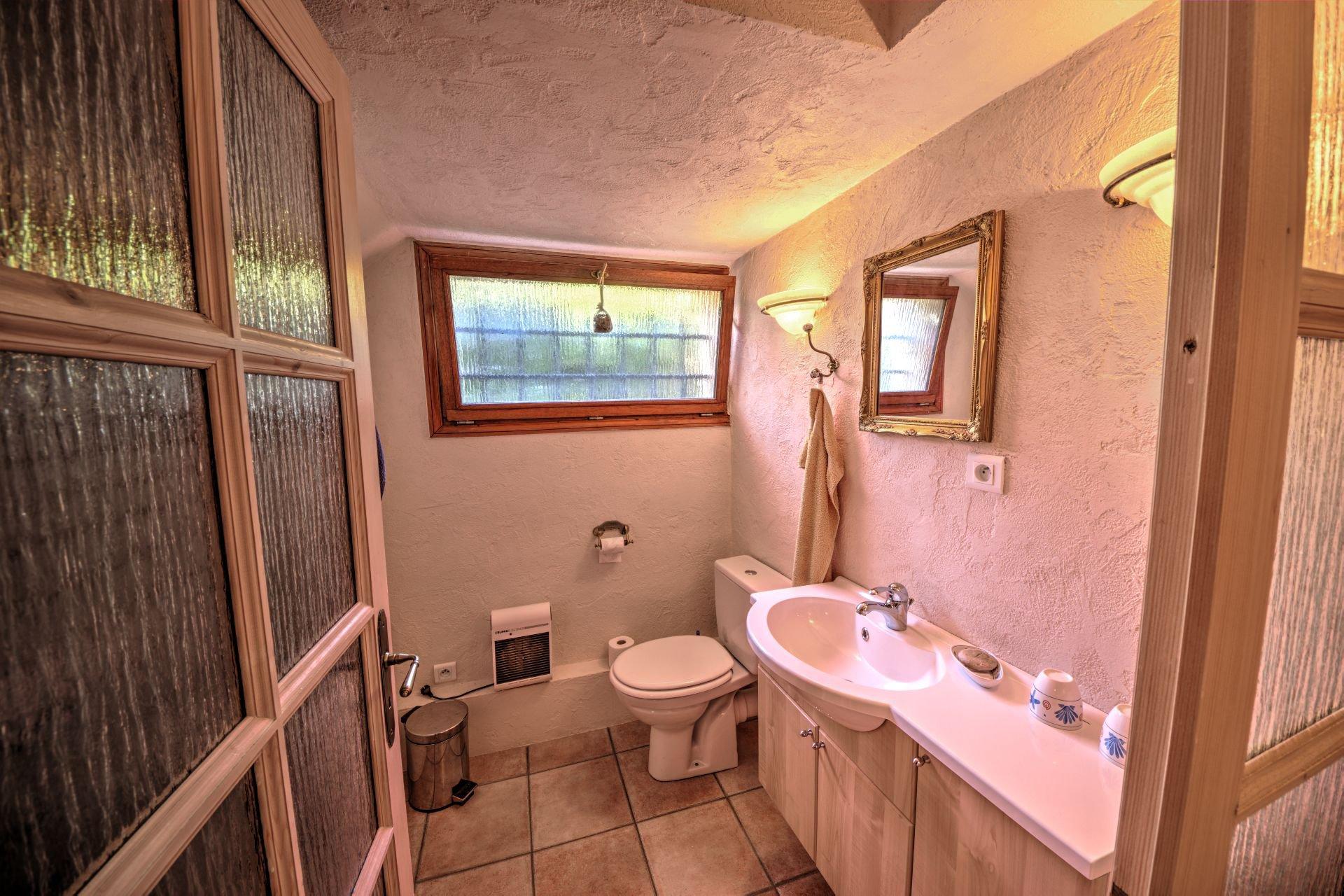 Bathroom ground floor of Beautiful villa of 180 sqm, three bedrooms, swimming pool, on 4000 m² closed, Tourtour, Var, Provence