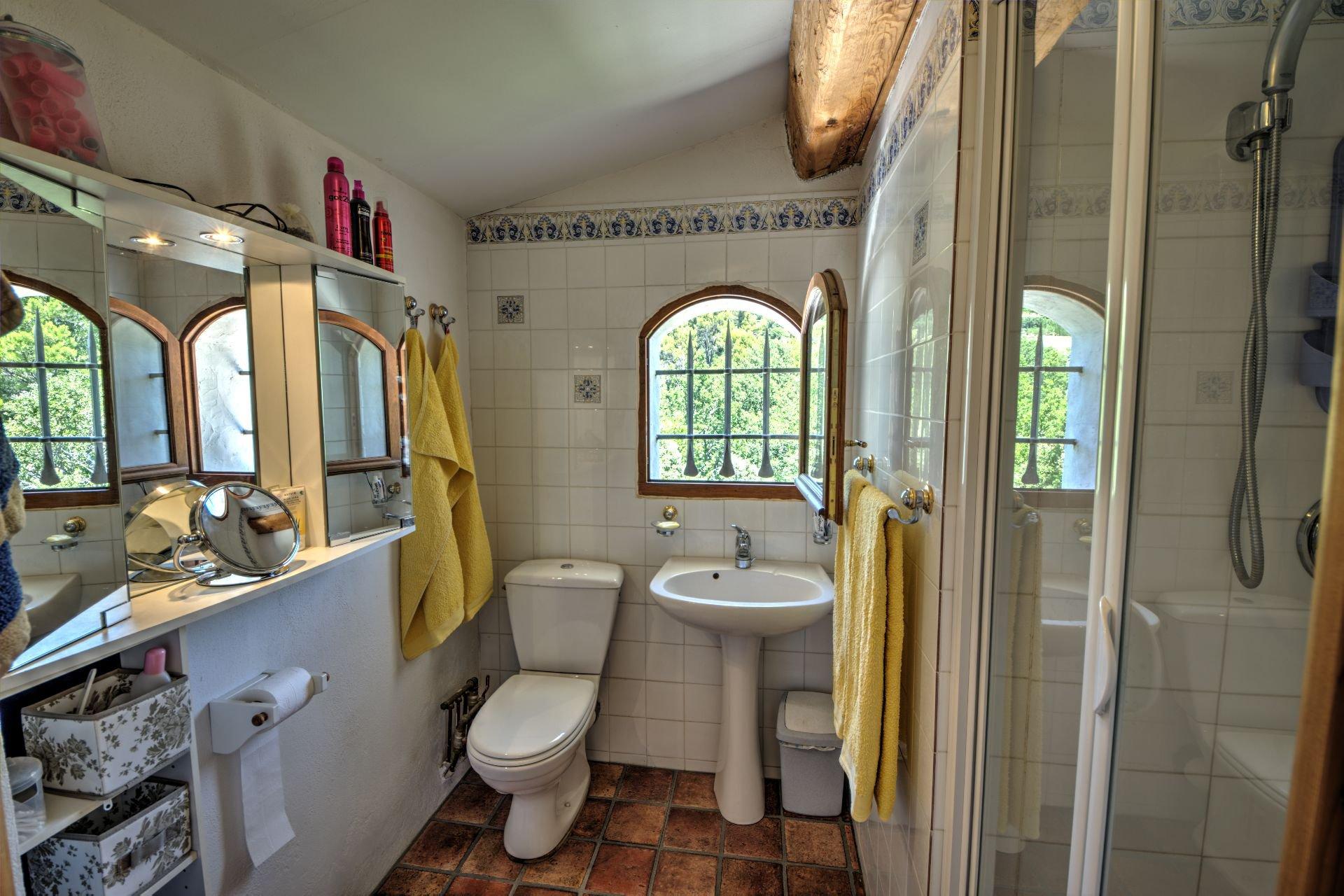 Shower master bedroom 1st floor Beautiful villa of 180 sqm, three bedrooms, swimming pool, on 4000 m² closed, Tourtour, Var, Provence
