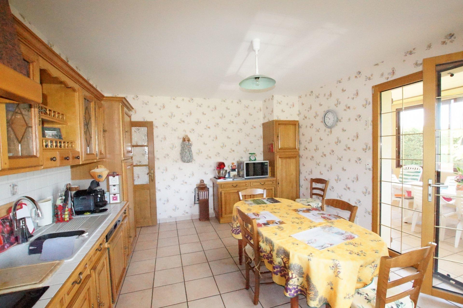 Lugny, dans un village viticole avec tous commerces et commodités, venez découvrir cette jolie villa de 2002 en parfait état offrant une surface habitable de 210 m² environ. Elle se compose d'un bel espace vie ouvert sur la véranda de 30m², une cuisine équipée, 4 grandes chambres, une salle d'eau et wc. Au rez-de-chaussée, vous trouverez un double garage, une cave, une cuisine d'été avec chaufferie et buanderie, salle d'eau et wc. Maison dans un environnement calme, lumineuse et en parfait état, prestations de qualités. A noter, la maison bénéficie d'un ascenseur! Le tout est implanté sur un joli terrain de 4 000 m² environ.
