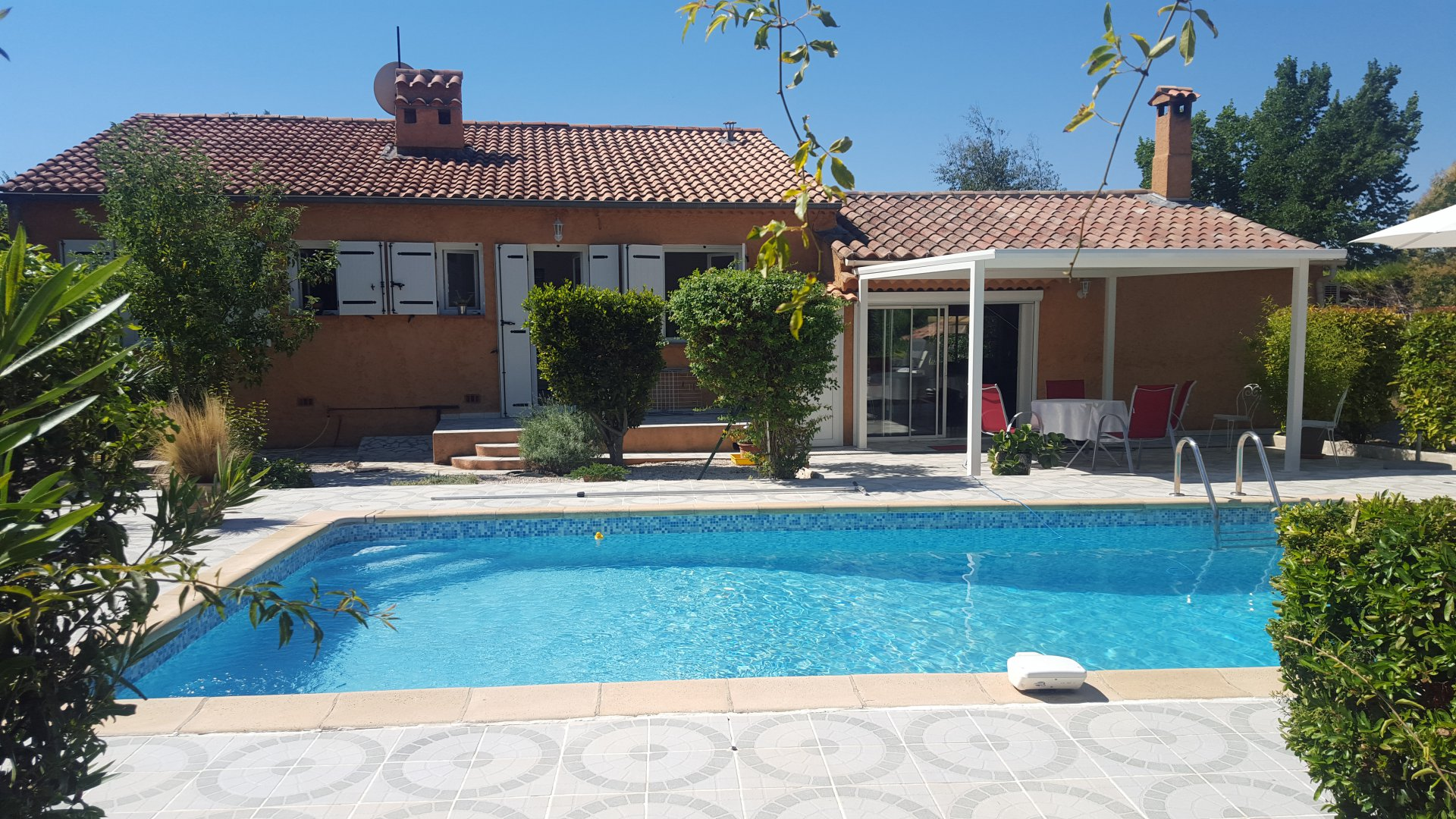 RENOVATED VILLA SETS ON 1350 M² WITH POOL