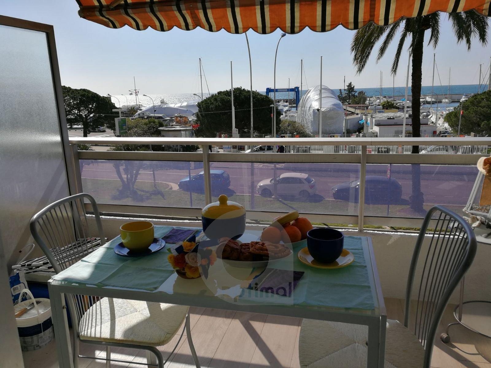 Bel monolocale fronte mare con terrazzo e parcheggio privato
