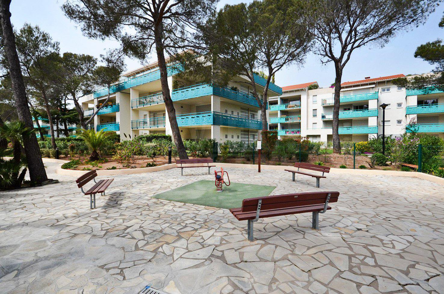 In Boulouris, top floor apartment with roof terrace in residence with pool