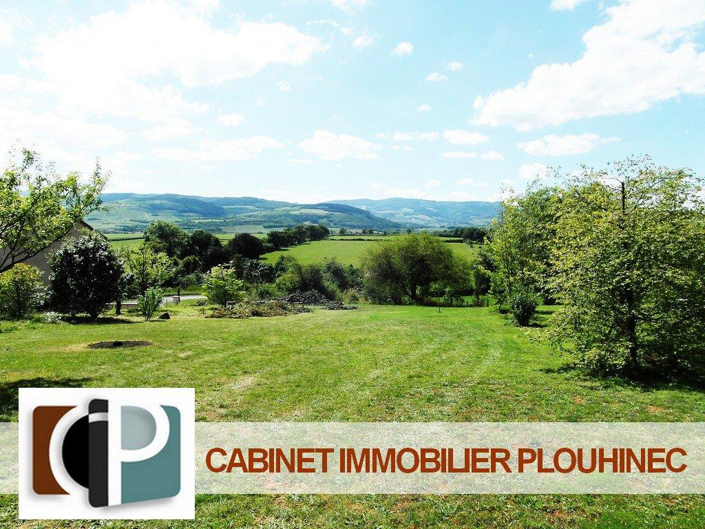 A vendre, à 10 mn de Mâcon, dans le beau village de Chevagny les Chevrières, terrain constructible et viabilisé de 930 m² avec vue imprenable sur les monts environnants. Très rare, une visite s'impose !