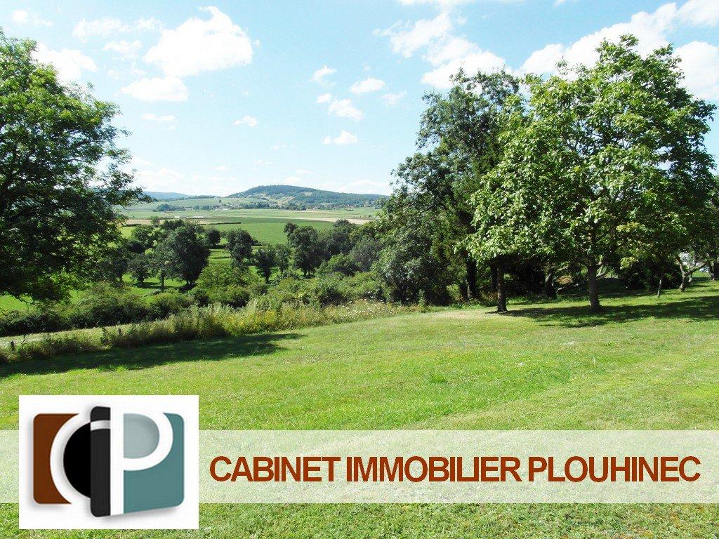 A vendre, à 10 mn de Mâcon, dans le beau village de Chevagny les Chevrières, terrain constructible et viabilisé de 865 m² avec vue imprenable sur les monts environnants. Très rare, une visite s'impose !