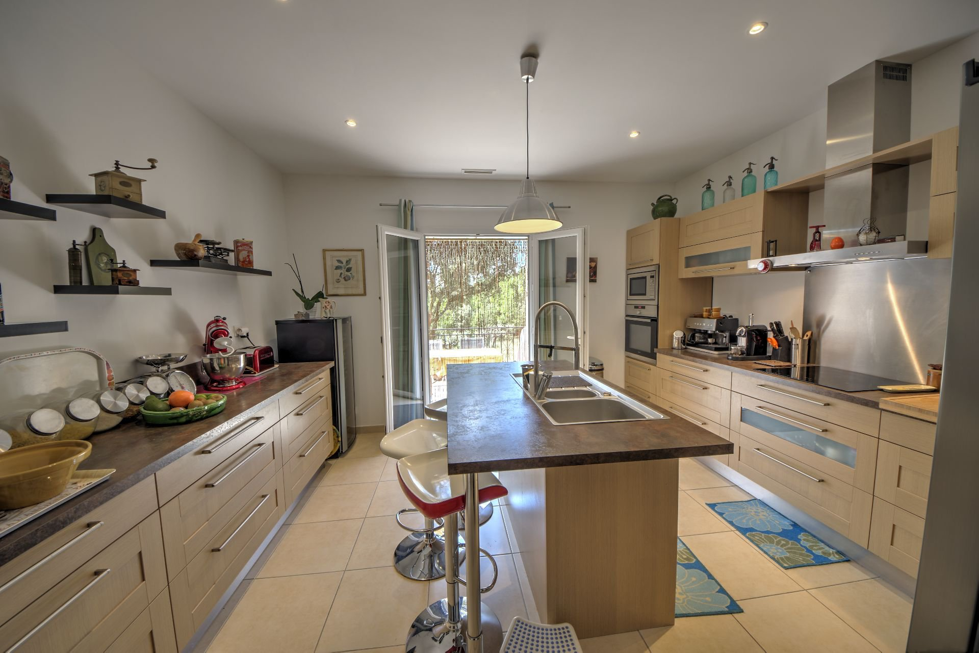 Modern kitchen in this quality and bright house with beautiful volumes in Moissac Bellevue Var Provence