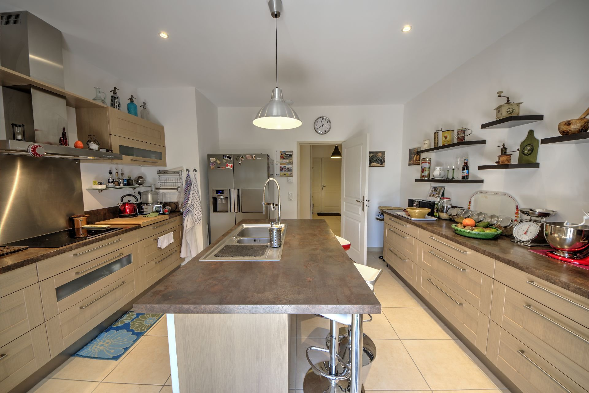 Kitchen with terrace in this quality and bright house with beautiful volumes in Moissac Bellevue Var Provence