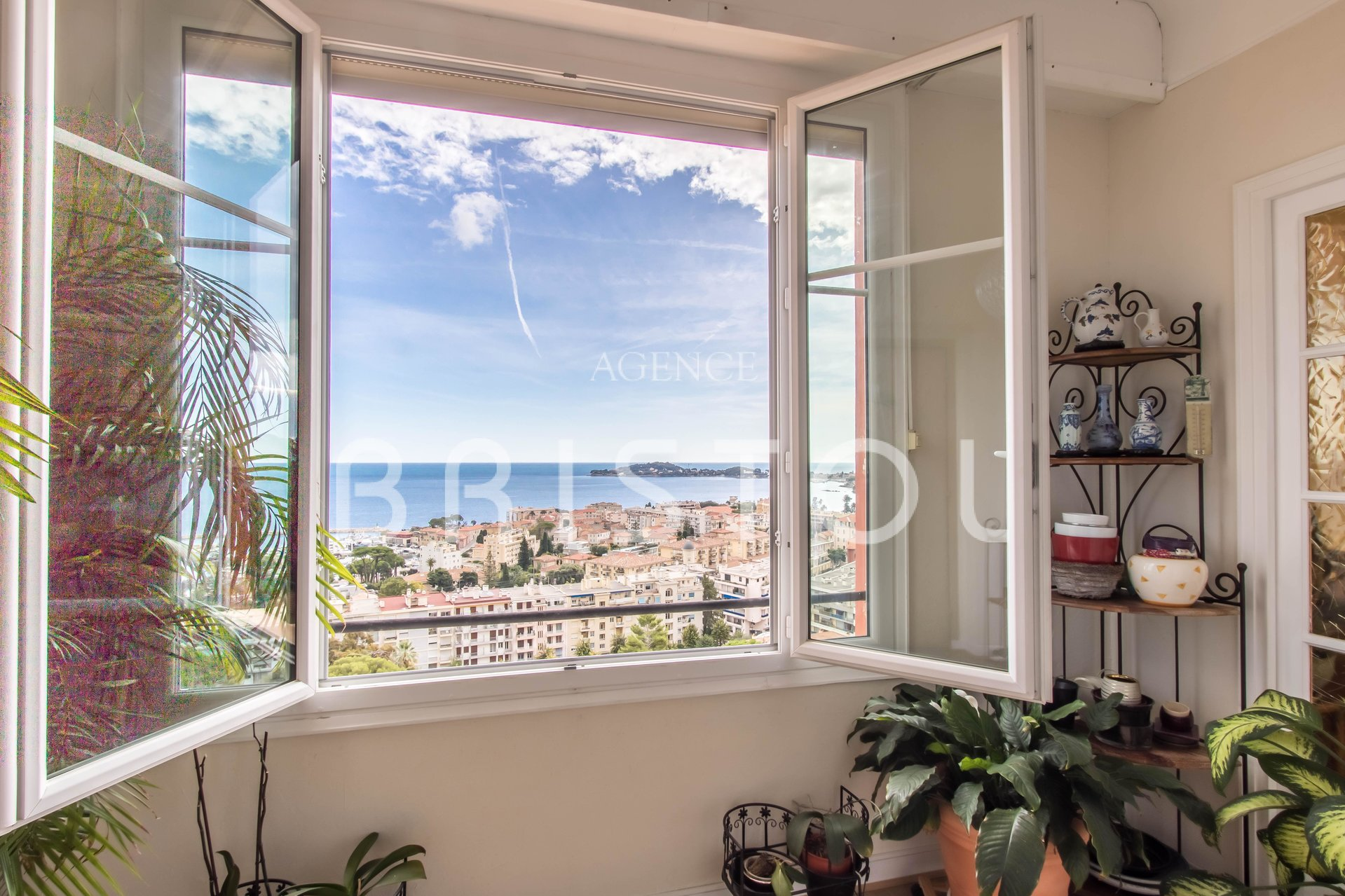 Large 3 bedrooms apartment with panoramic sea view in Beaulieu