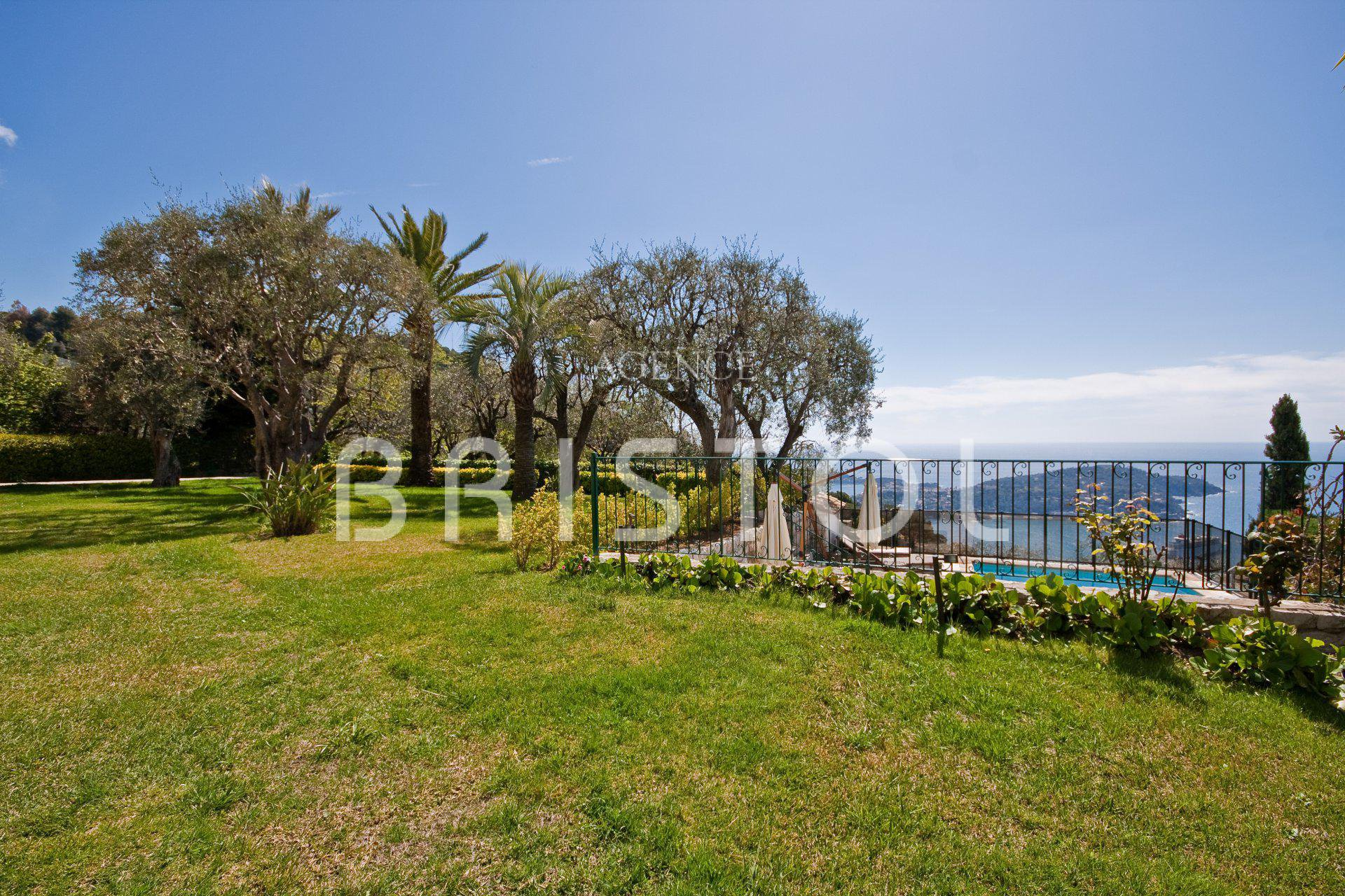 Luxury property  with a wonderful garden and amazing  sea view very quiet