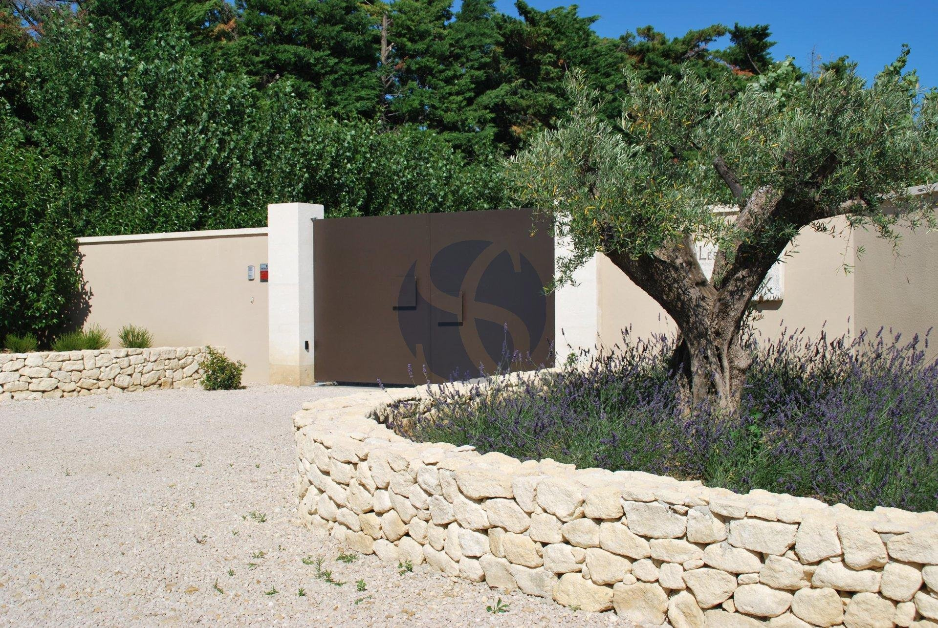 Contemporary villa with Alpilles view