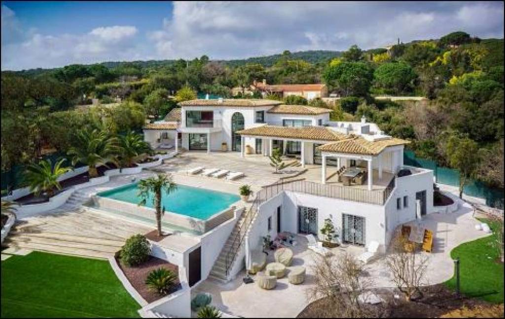 Beautiful contemporary villa 800m from the beach