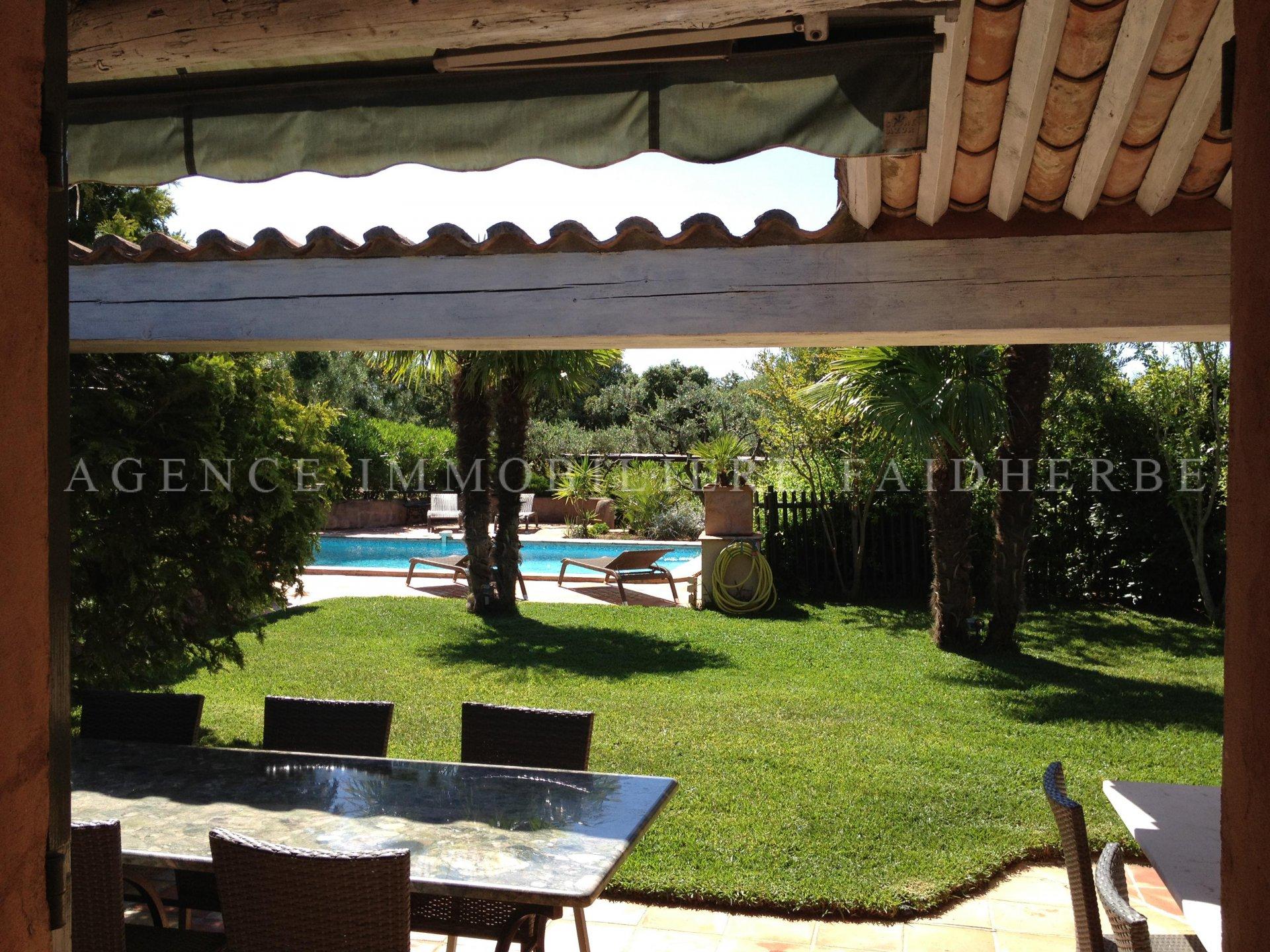 An der Strandstraße provenzalische Villa mit Pool und Garten