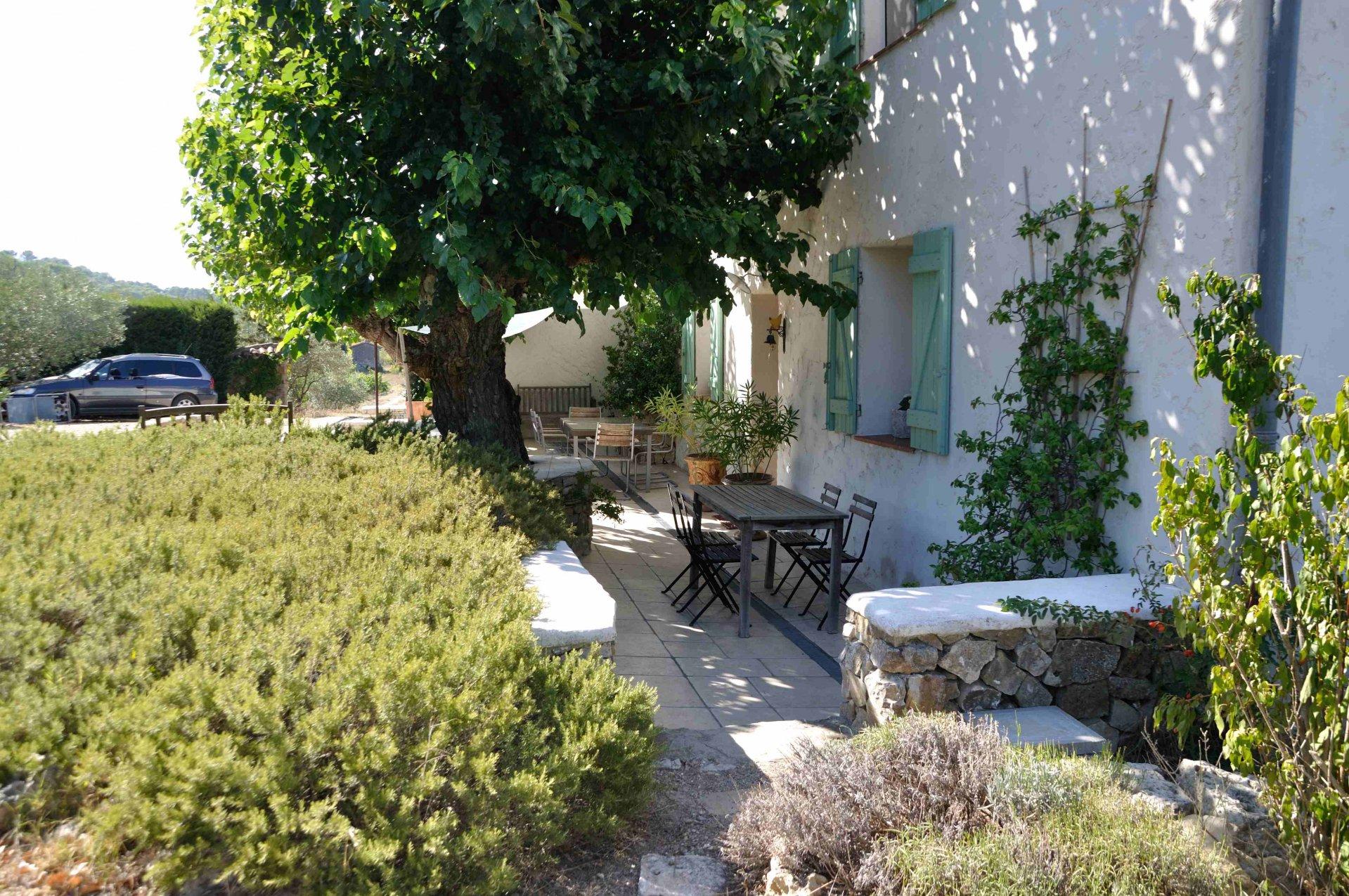 LORGUES,  charmante bastide située sur 3650 m² de terrain avec jolie piscine