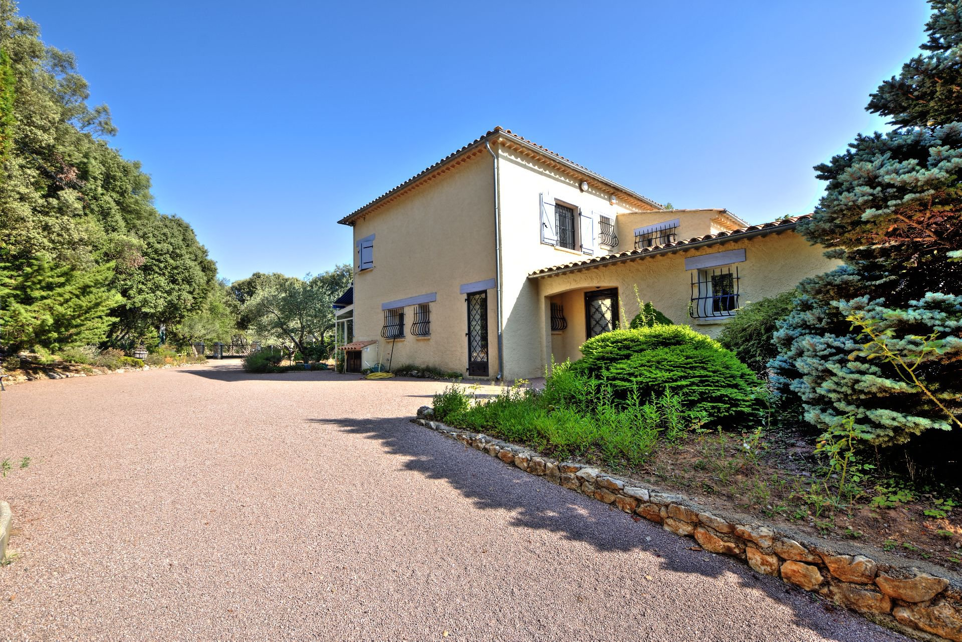 Entrance House 200 m², 4 bedrooms, outbuilding on 8000 m² agricultural area, Ampus, Var, Provence, Paca