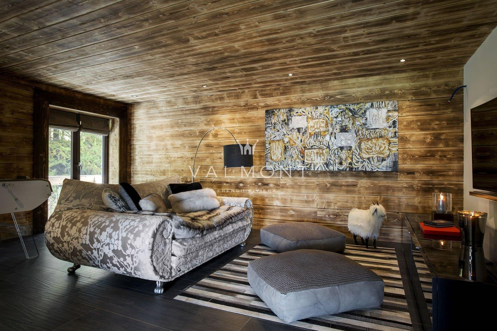 LUXURIOUS CHALET CLOSE TO SKI FIELDS AND VILLAGE CENTER