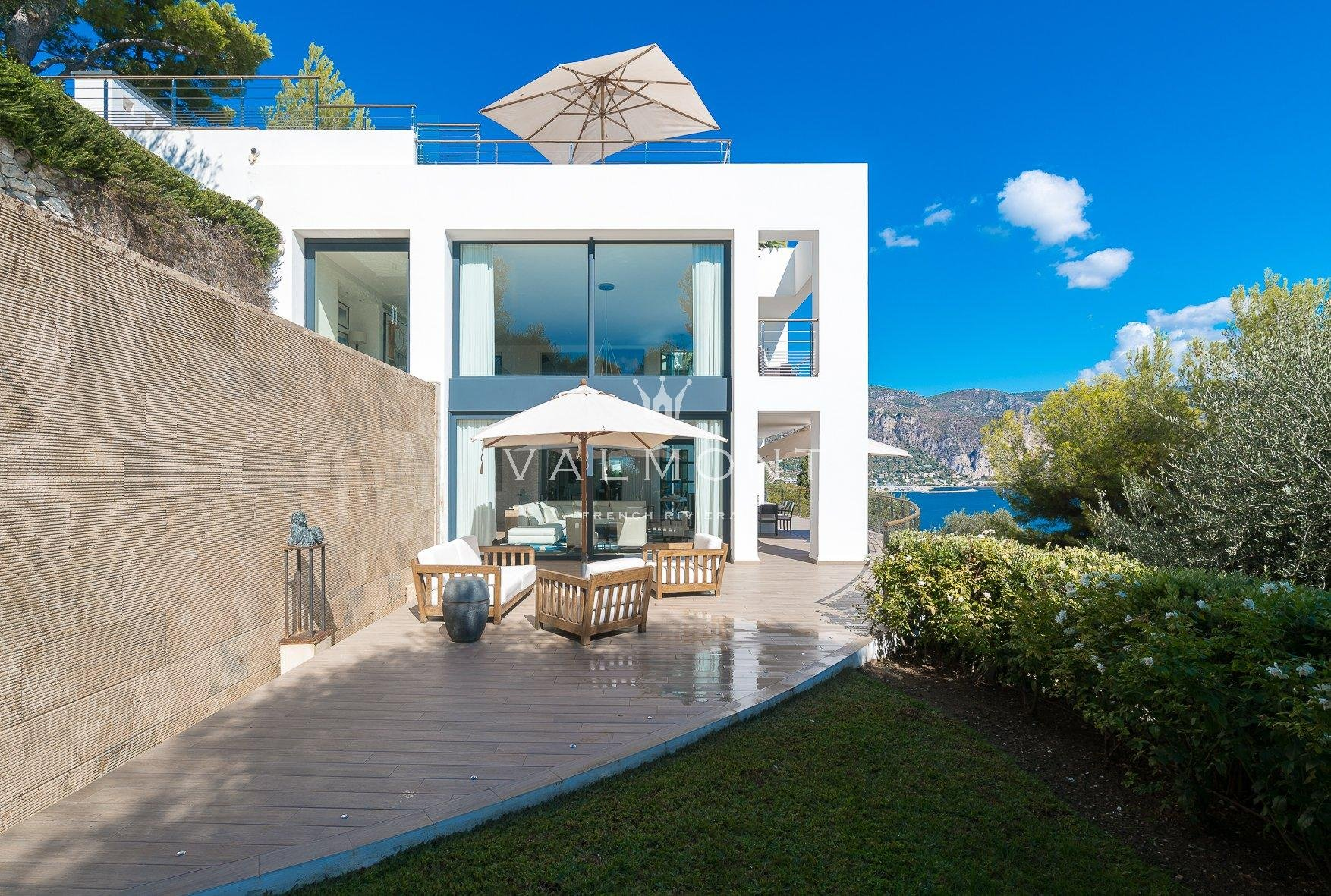 CONTEMPORARY VILLA CLOSE TO THE BEACHES AND COMMERCES
