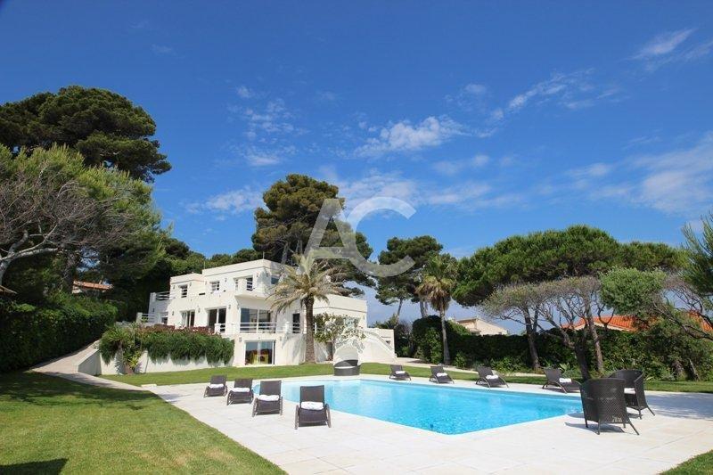 Contemporary villa with panoramic sea views