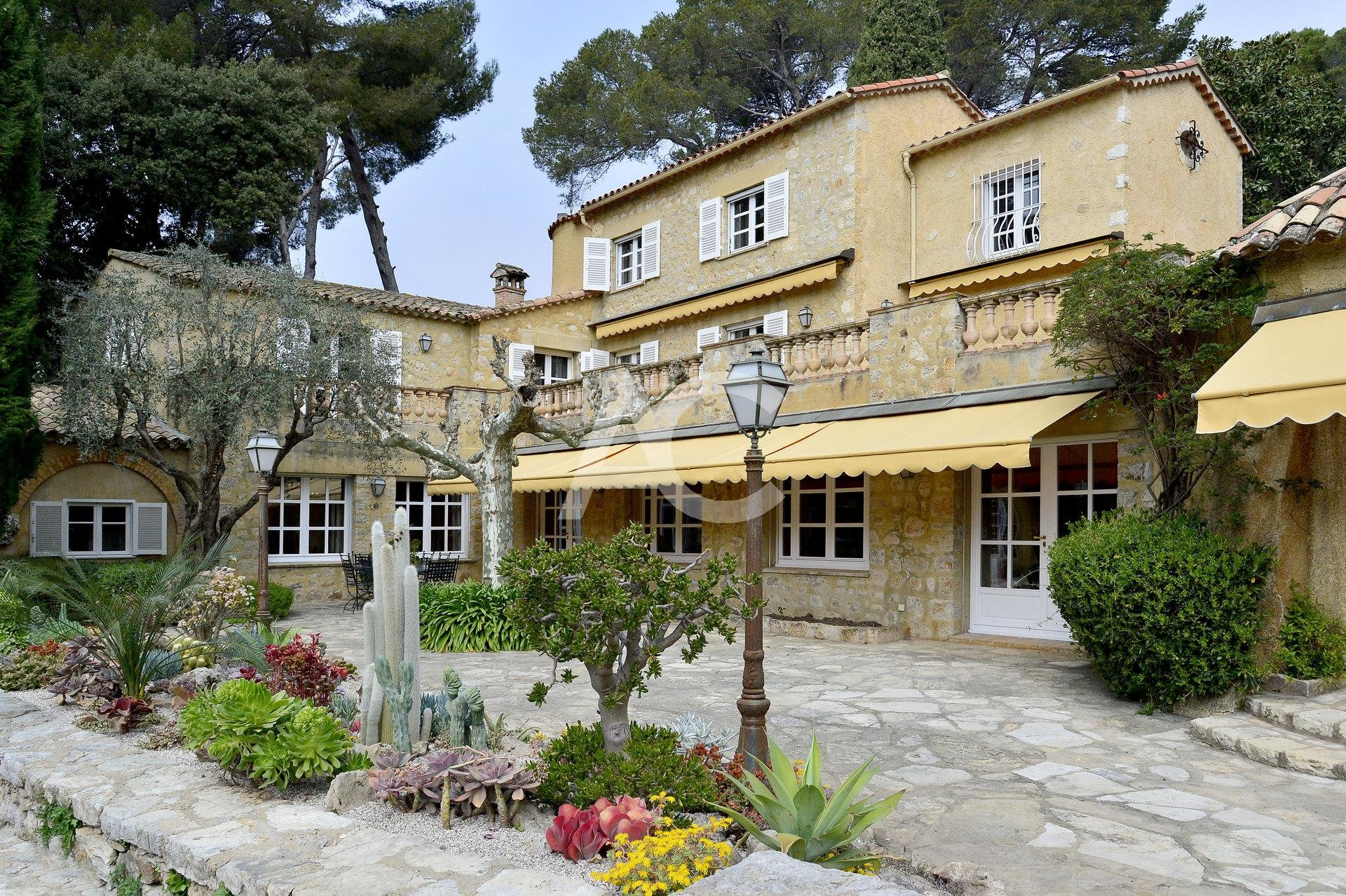 Superb stone property in gated domain - Antibes Pimeau