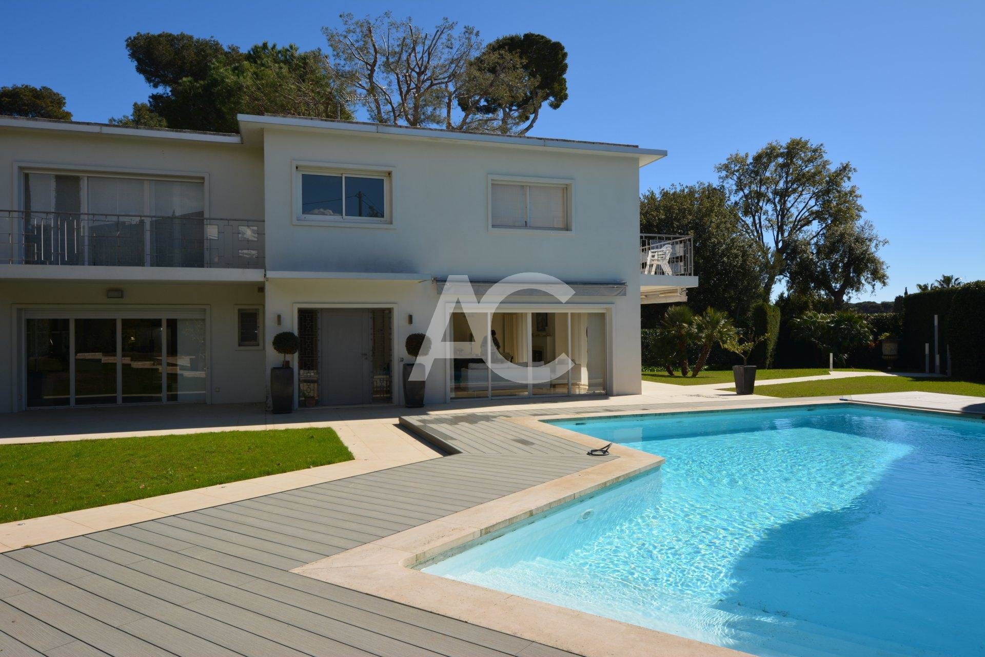 Fully refurbished villa close to Garoupe beach