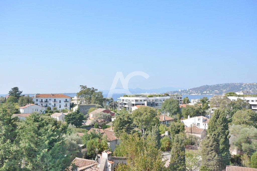 Renovated villa within walking distance to the beach