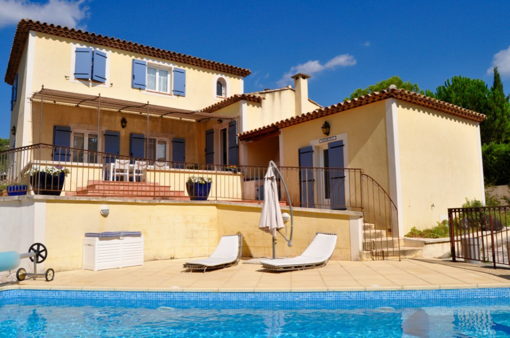 Traditional Provencale Villa with a Pool