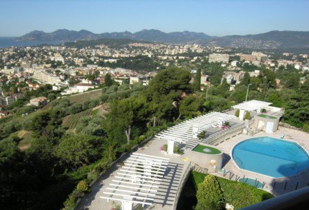 Apartment F1 35 m ² seen greenery on the heights of Cannes