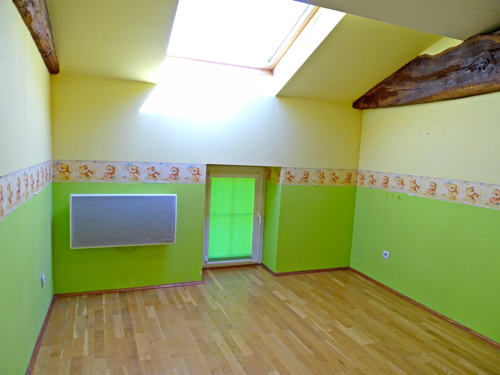 Lugny, au c?ur du village, à proximité immédiate de tous les commerces, écoles et commodités, venez découvrir cette maison en pierre offrant une surface habitable de 110 m². Elle dispose à l'étage d'une lumineuse pièce de vie de 35 m² avec cuisine équipée, bureau, wc. A l'étage, deux chambres avec placards, salle de bains et wc. Vous disposez également d'un grand garage, une cave, buanderie ainsi que d'un jardinet. Aucun vis à vis. Honoraires à la charge des vendeurs.