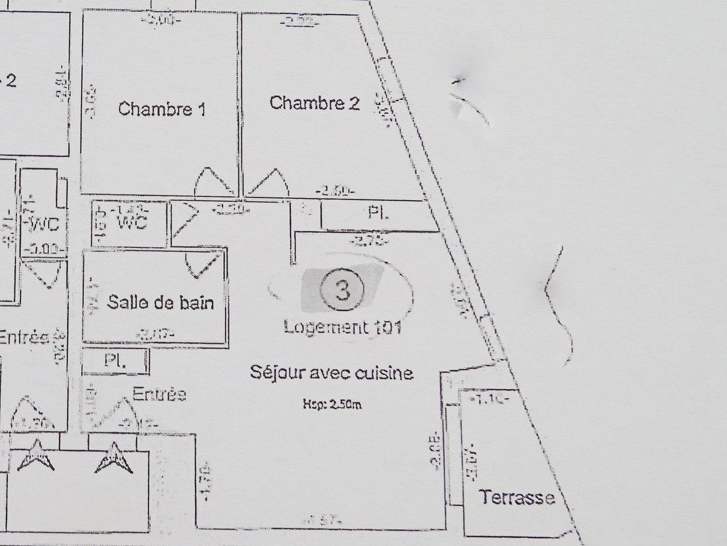 SOUS COMPROMIS DE VENTE. EXCLUSIVITE : Construite en 2013, cette petite copropriété est composée de seulement 4 T3. Elle offre au 1er étage cet agréable appartement avec sa petit terrasse. Après l'entrée et son placard vous découvrirez une cuisine aménagée ouverte sur le séjour, 2 chambres dont une avec un grand placard intégré, une salle de bains et des WC indépendants. Cet appartement en excellent état est vendu avec une place de parking. Stationnement facile et gratuit à proximité. Situé au calme. A voir.  Bien soumis au régime de la copropriété. Charges courantes mensuelle d'environ 48 euros. 4 lots dans la résidence. Honoraires à la charge du vendeur.