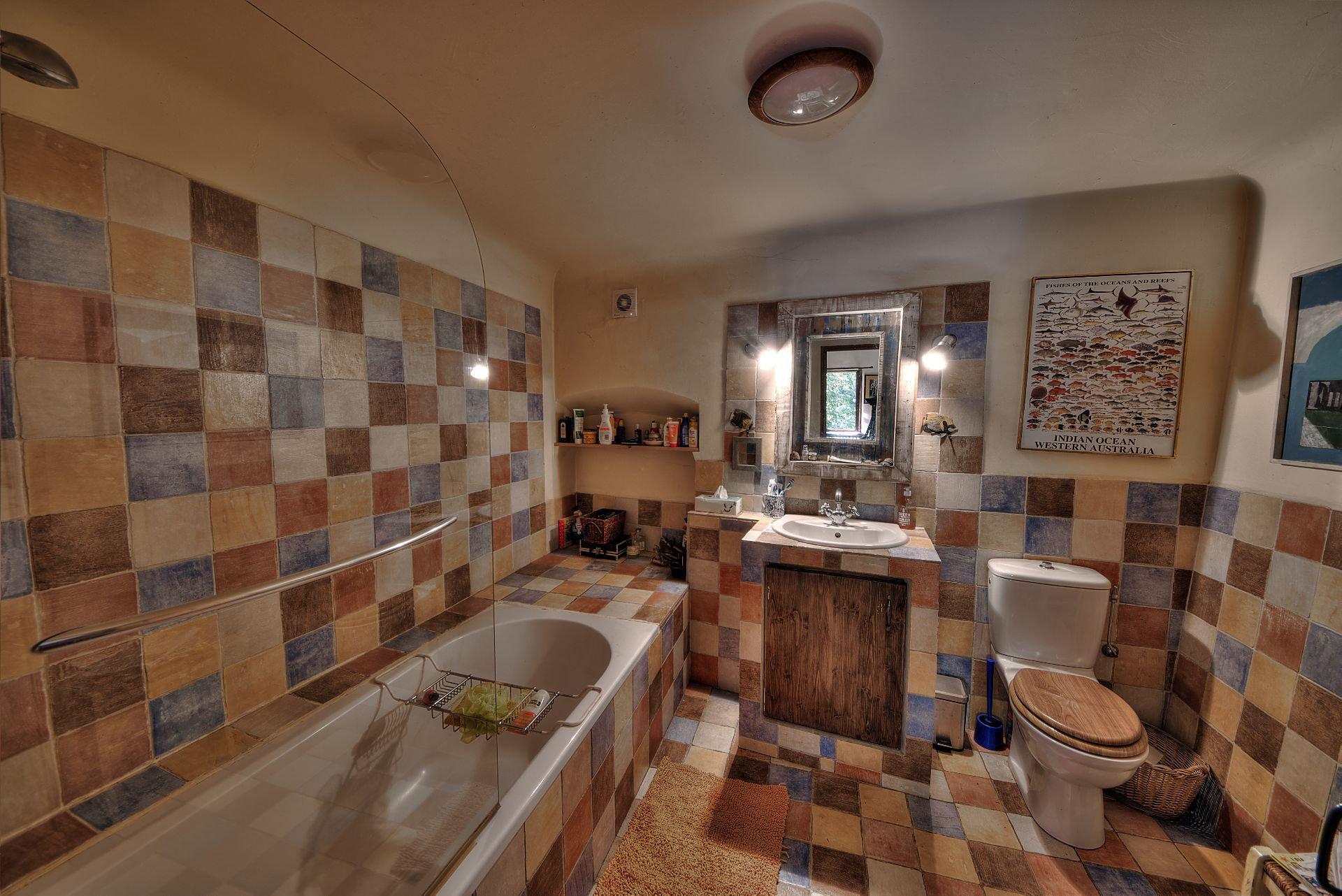 Salle de bains 1 de la propriété en  pierre de 35 ha haut Var Verdon