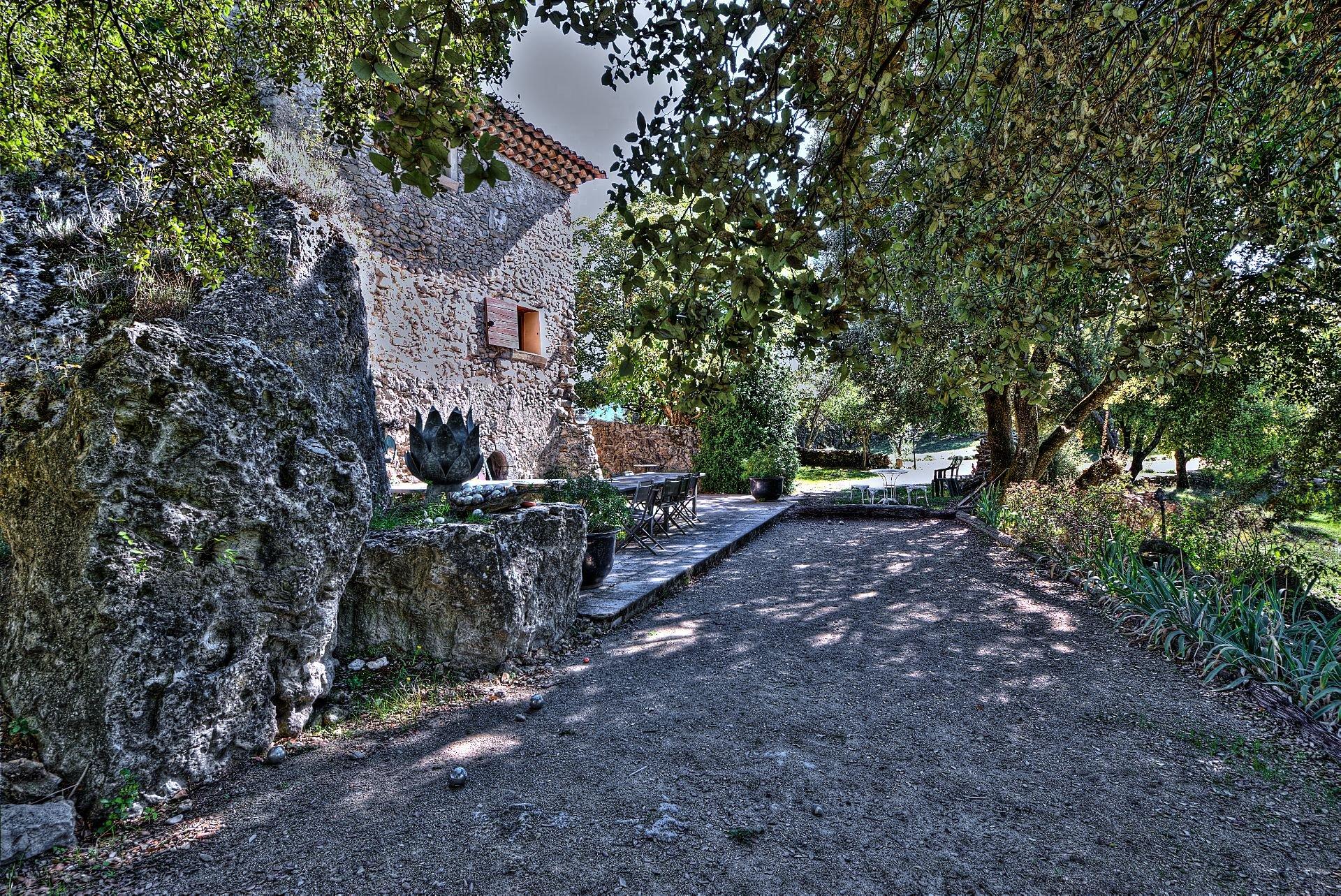 Terrain de pétanque de la propriété en  pierre de 35 ha haut Var Verdon