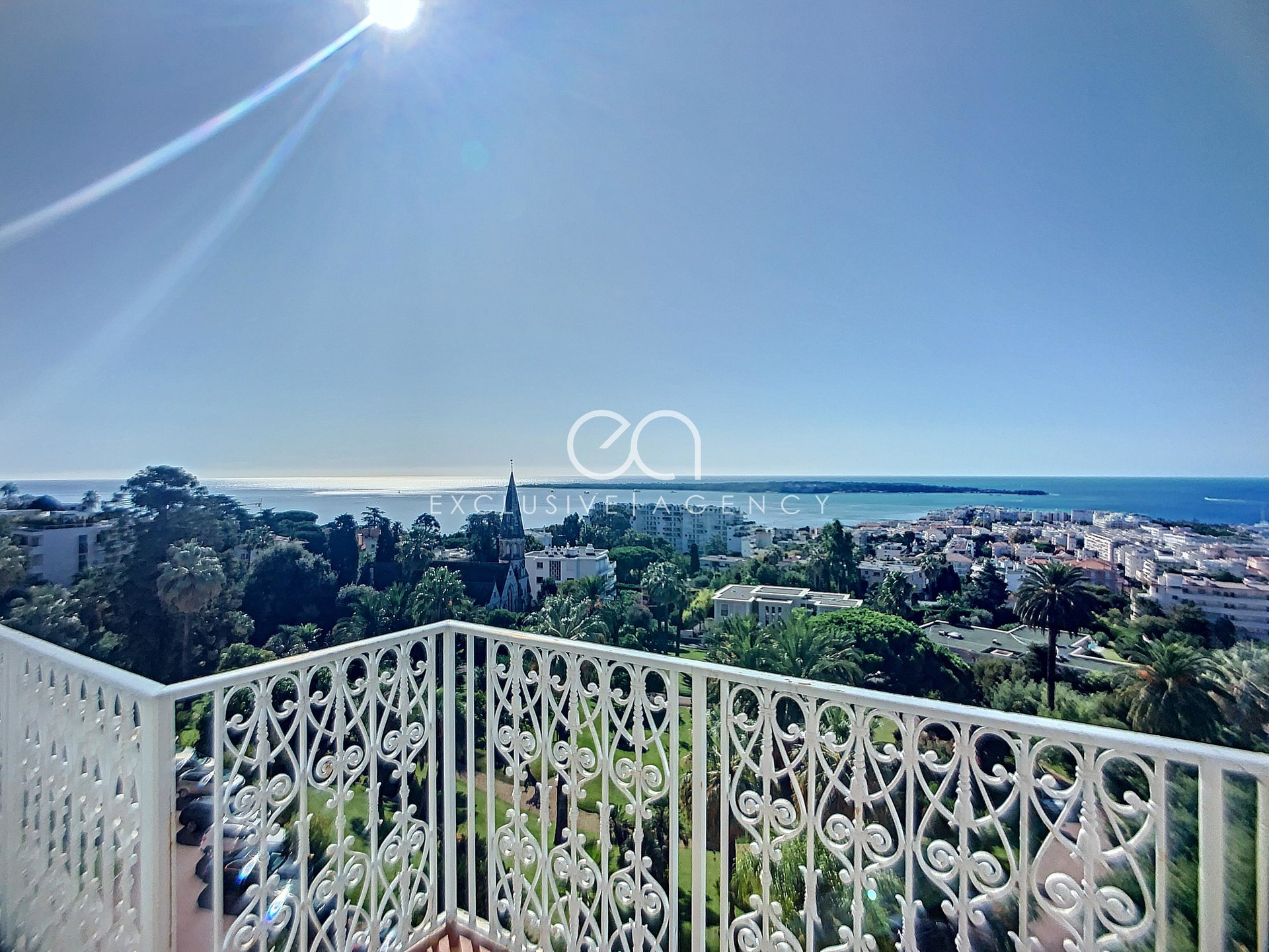 For sale Cannes Californie luxury 240m² top floor apartment with panoramic sea view.