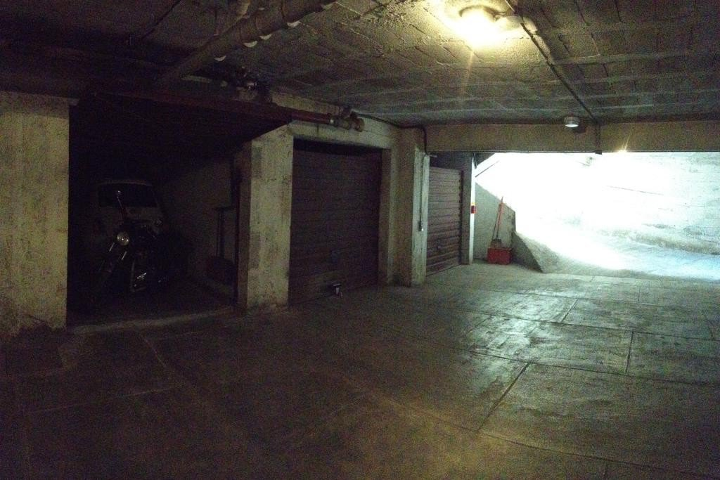 Garage fermé au 1er sous-sol av des Orangers quartier des Fleurs, largeur 2,70 x 5,20.